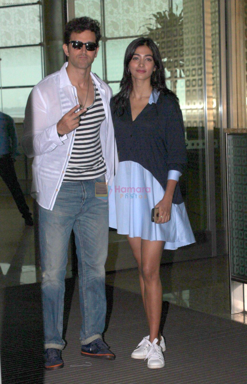Hrithik Roshan and Pooja Hegde snapped as they leave for Hyderabad on 31st July 2016