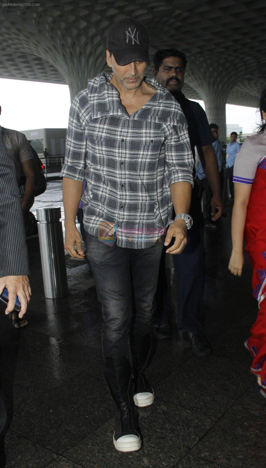 Akshay Kumar snapped at airport on 1st Aug 2016