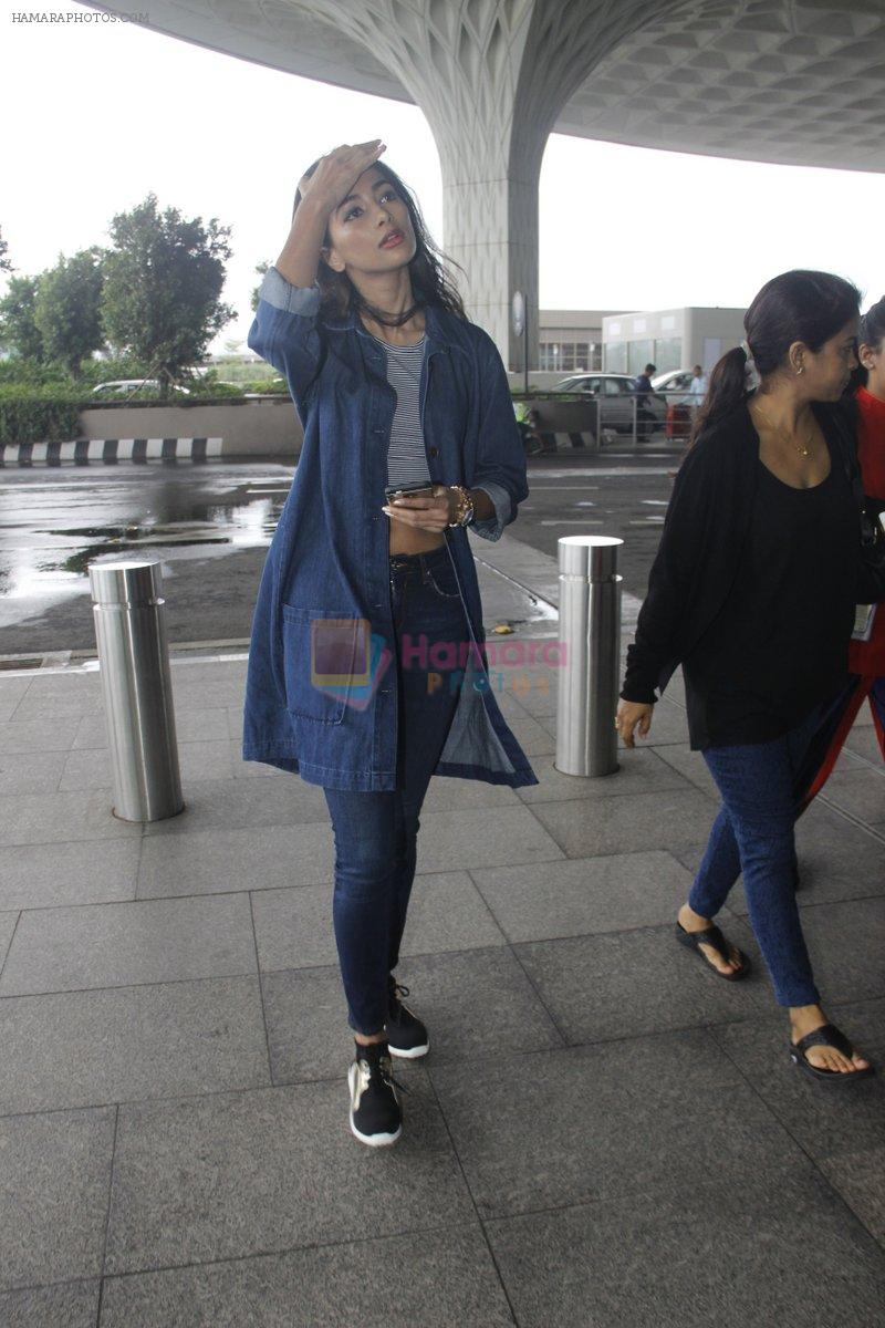 Pooja Hegde snapped at airport on 4th Aug 2016