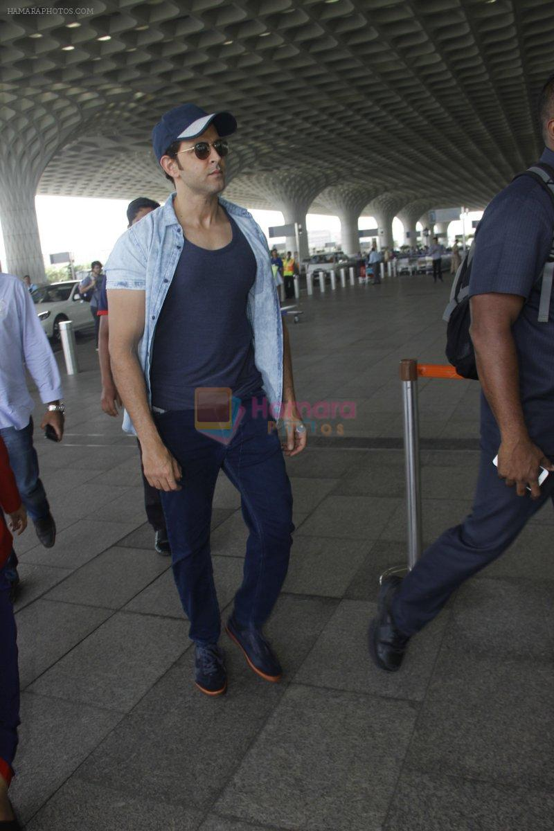 Hrithik Roshan snapped at airport on 4th Aug 2016