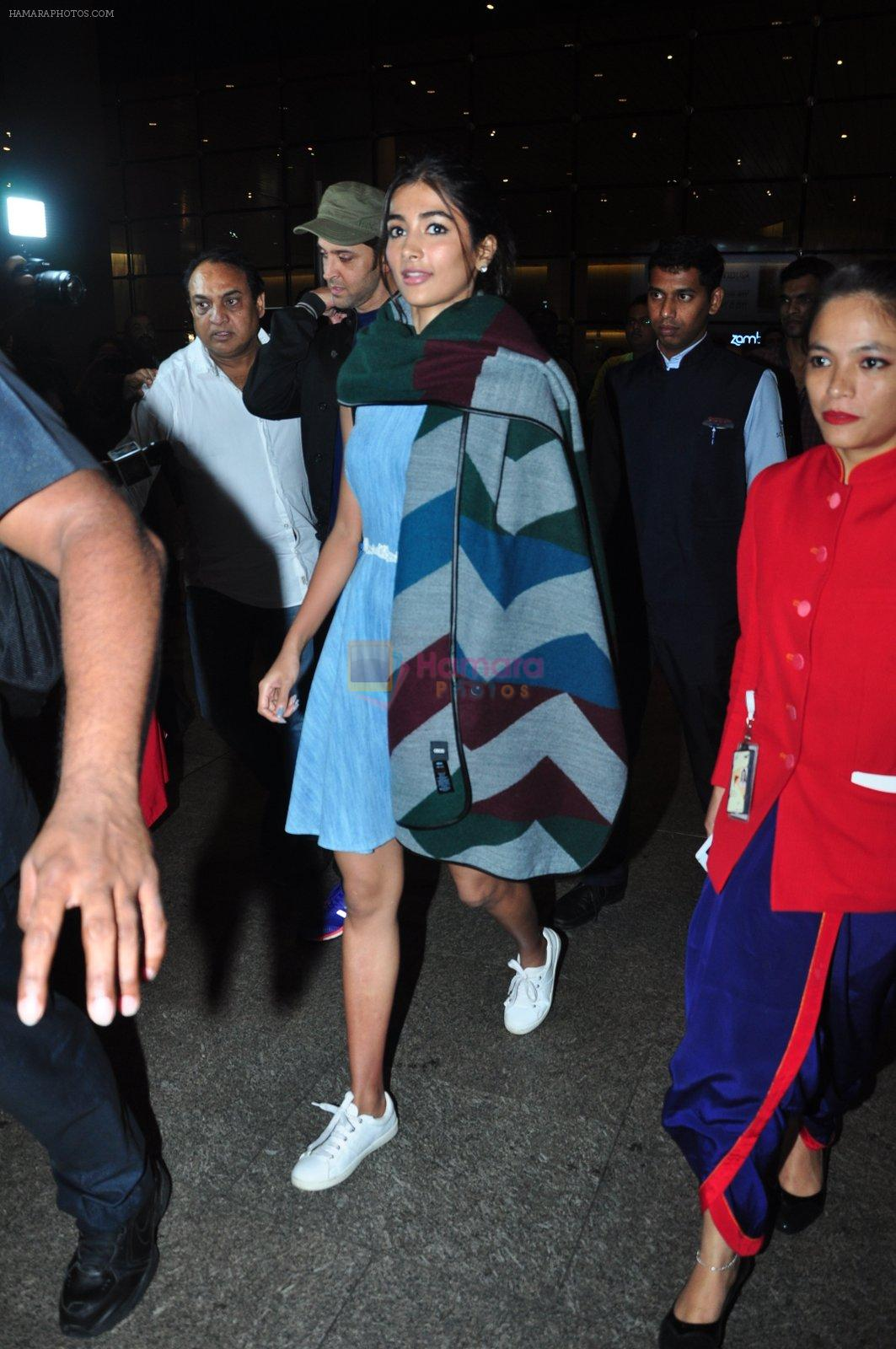 Hrithik Roshan, Pooja Hegde snapped at airport on 5th Aug 2016