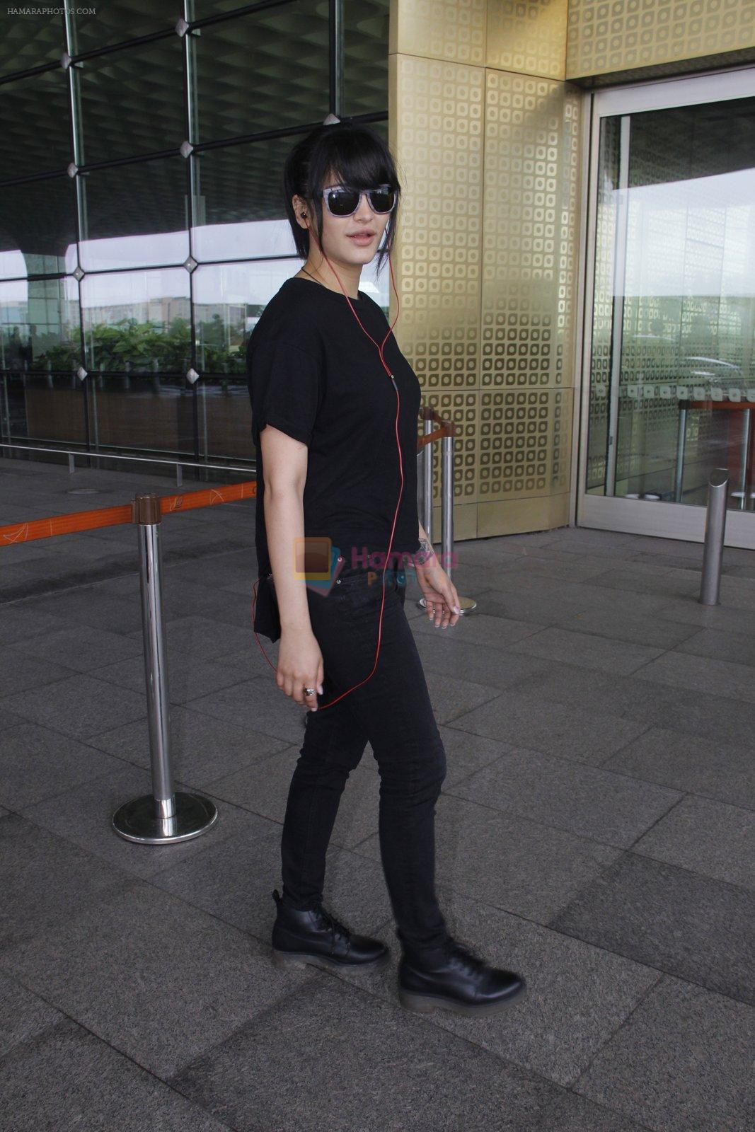 Shruti Hassan snapped at airport on 6th Aug 2016