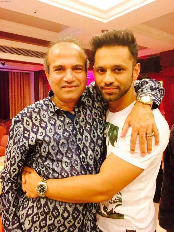 Suresh Wadkar with Rahul Vaidya at Suresh Wadkar's Birthday Bash in Mumbai on 8th Aug 2016