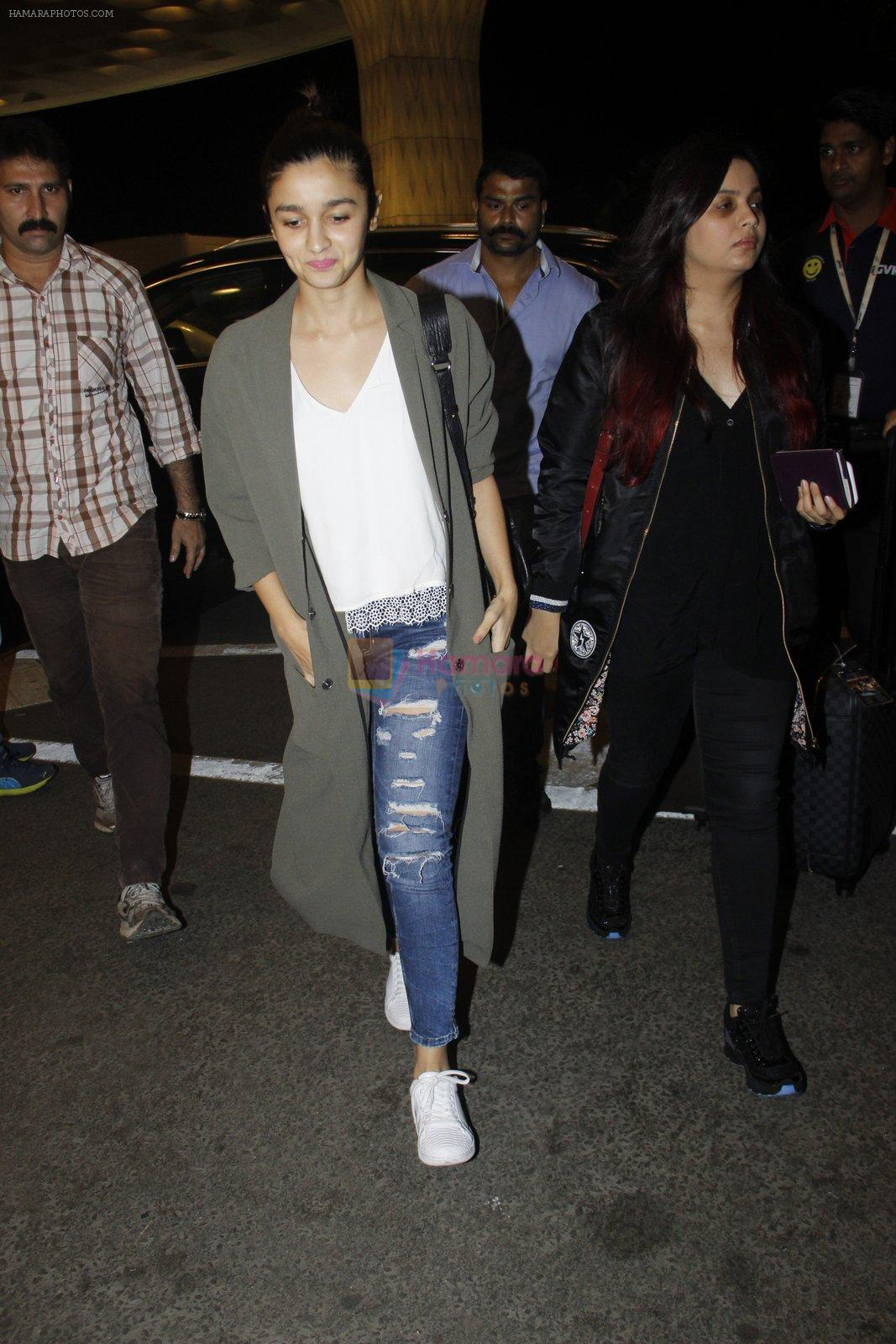 Alia BHatt snapped at airport on 10th Aug 2016