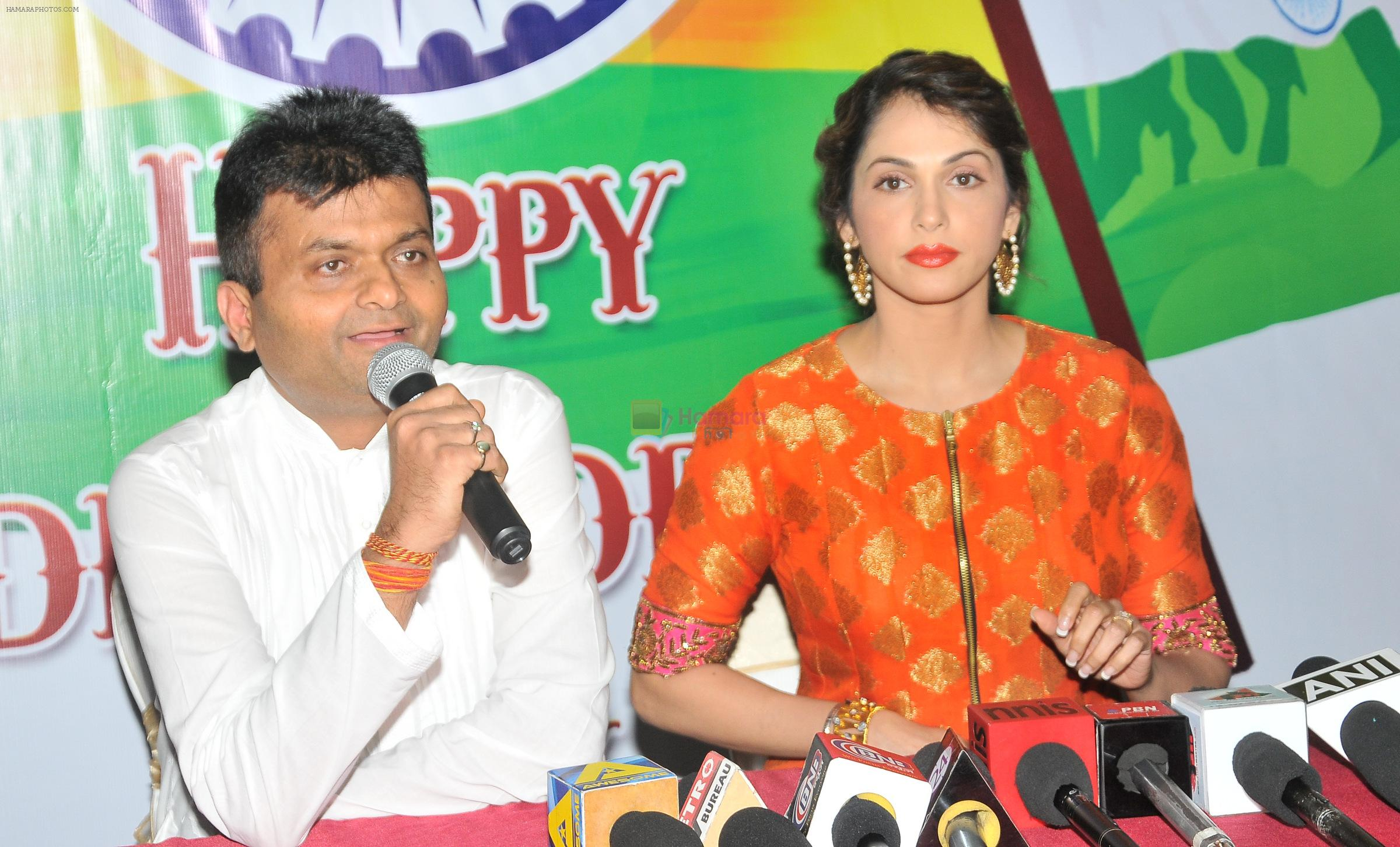 Aneel Murarka with Isha Koppikar at the press meet of short film Aur Dekho about Swachh Bharat on 15th Aug 2016