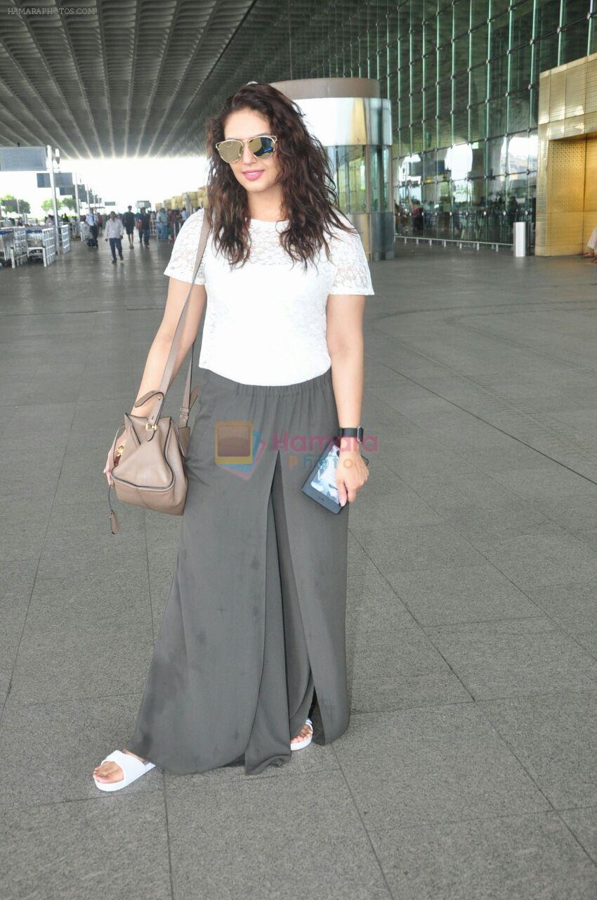 Huma Qureshi snapped at airport on 17th Aug 2016