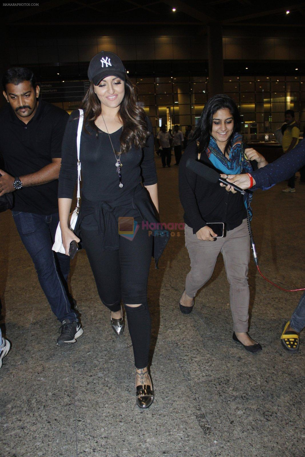 Sonakshi Sinha snapped at airport on 17th Aug 2016