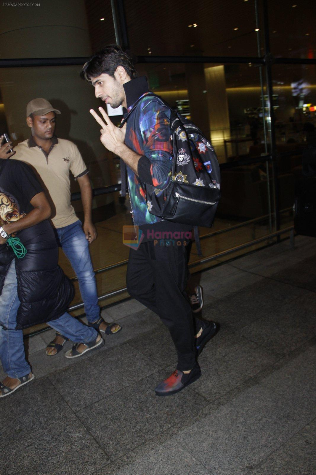 Sidharth Malhotra snapped at airport on 23rd Aug 2016