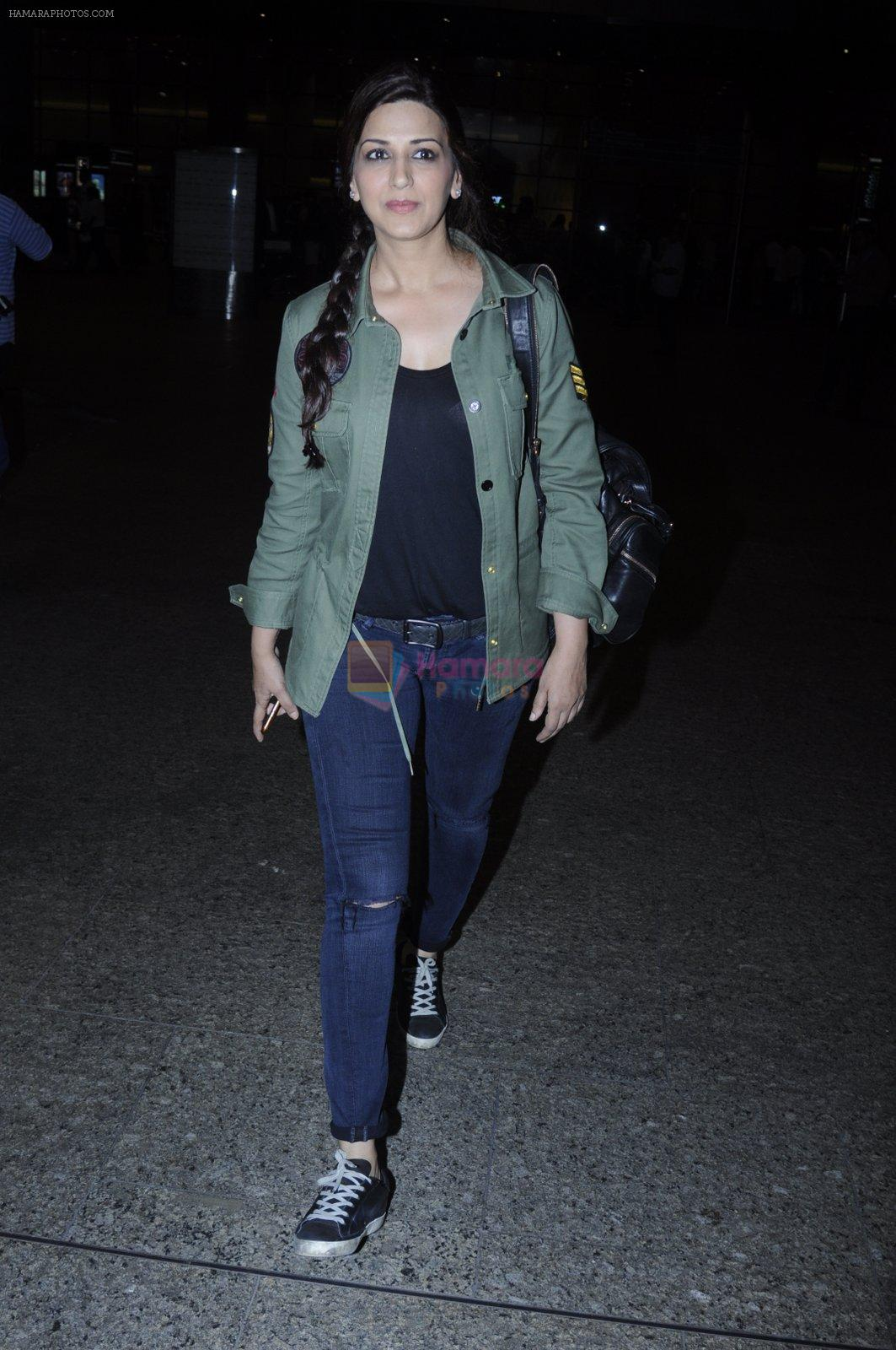 Sonali Bendre snapped at airport on 26th Aug 2016
