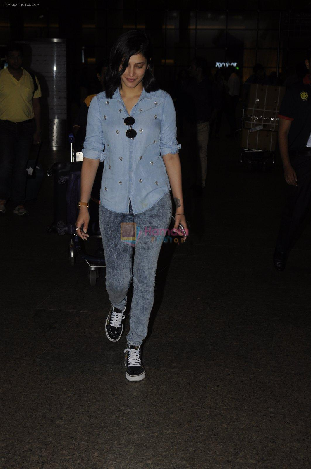 Shruti Haasan snapped at airport on 26th Aug 2016