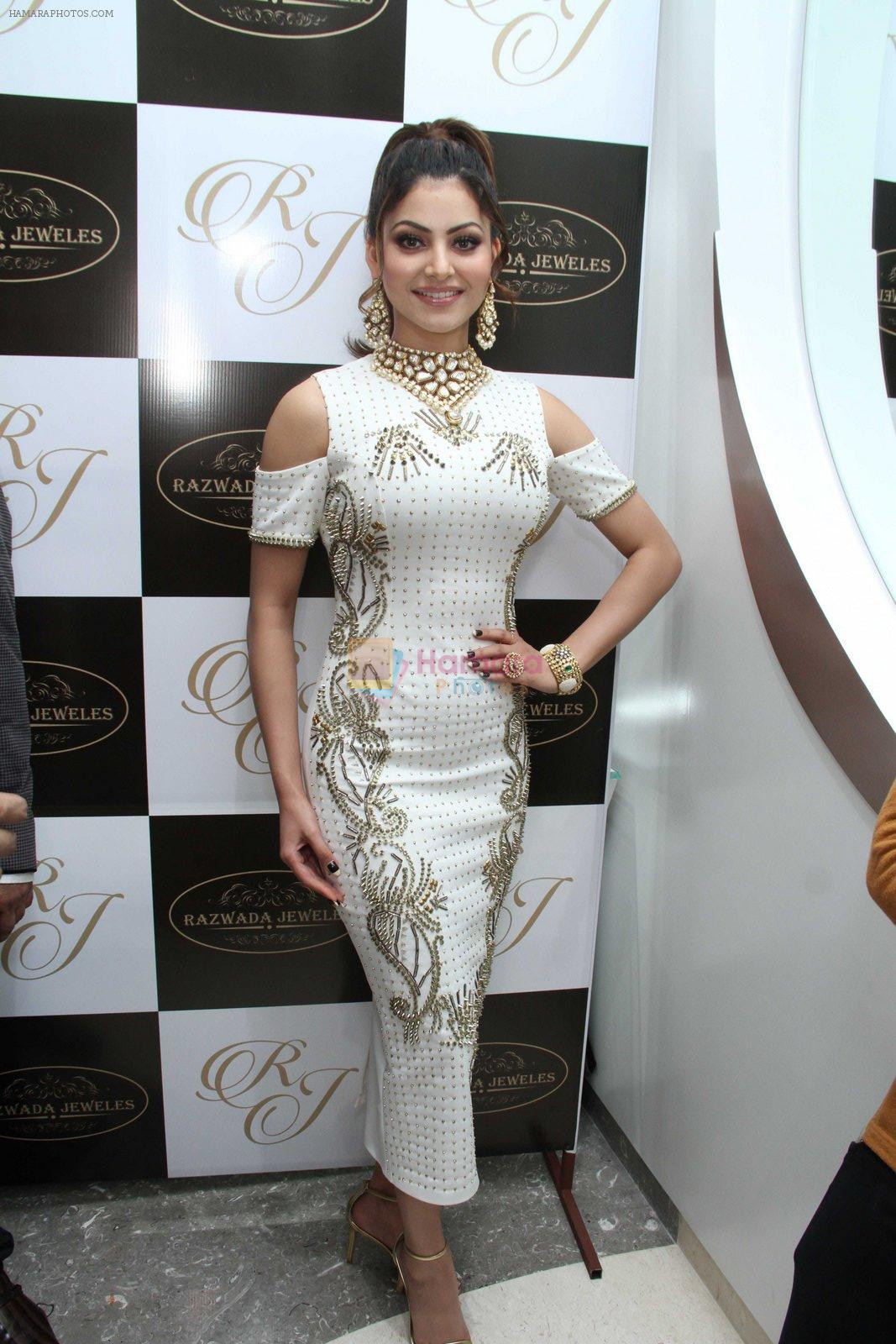 Urvashi Rautela snapped at jewellery event on 26th Aug 2016