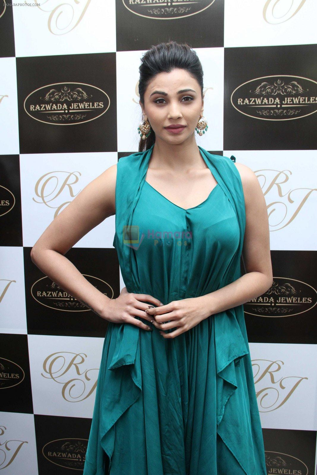 Daisy Shah snapped at jewellery event on 26th Aug 2016