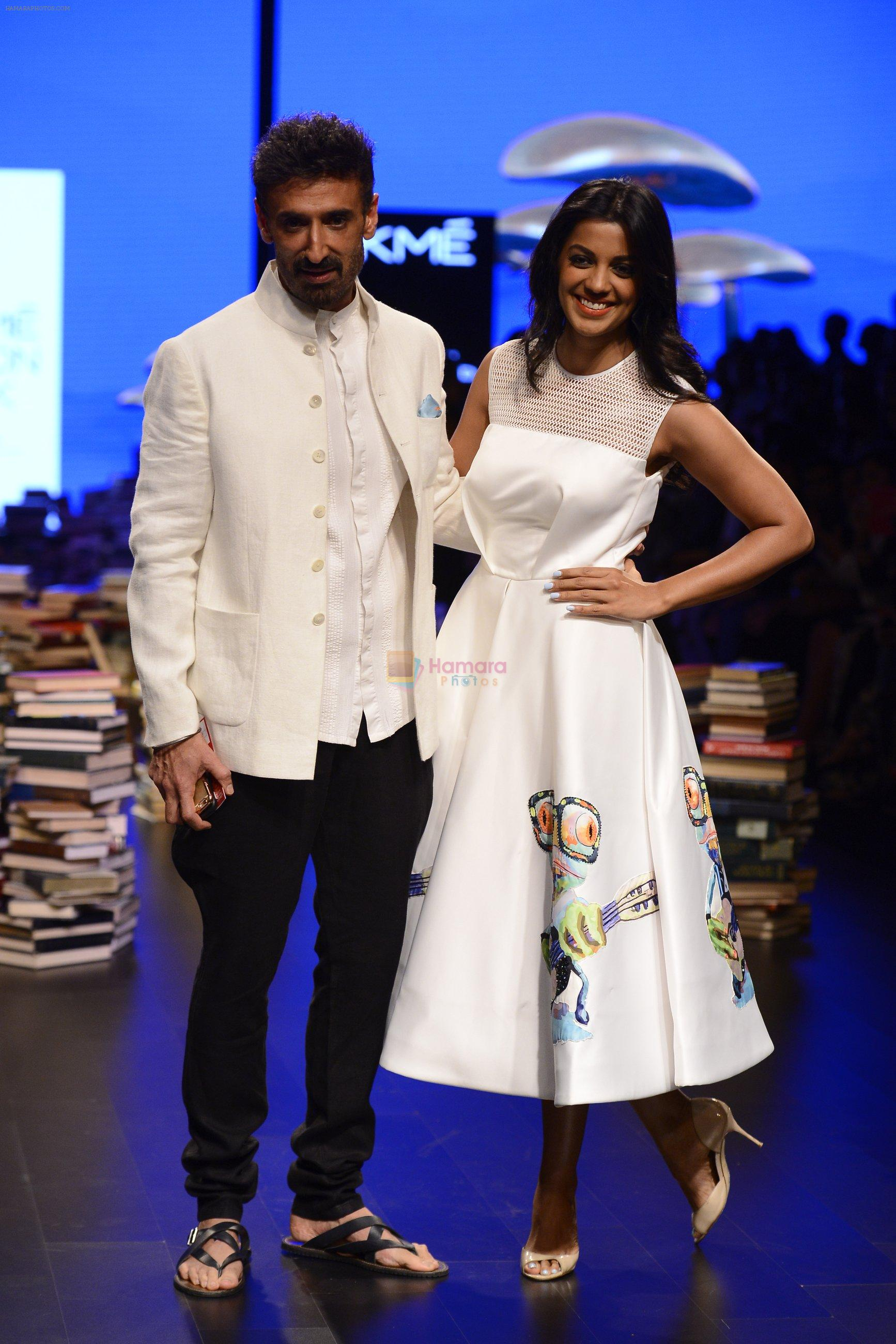 Mugdha Godse, Rahul Dev walk the ramp for Rajesh Pratap Singh Show at Lakme Fashion Week 2016 on 27th Aug 2016