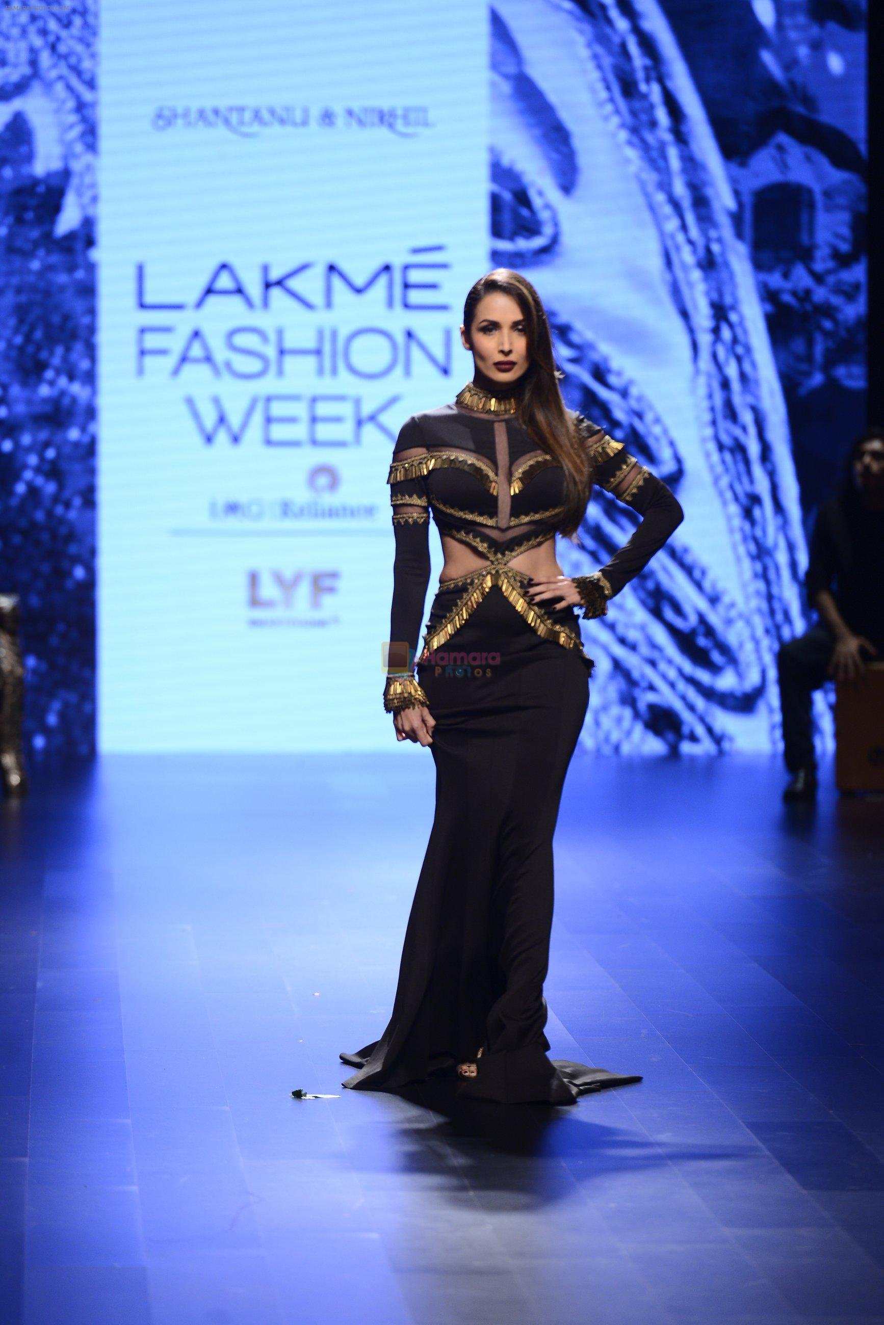 Malaika Arora Khan walk the ramp for Shantanu and Nikhil Show at Lakme Fashion Week 2016 on 27th Aug 2016