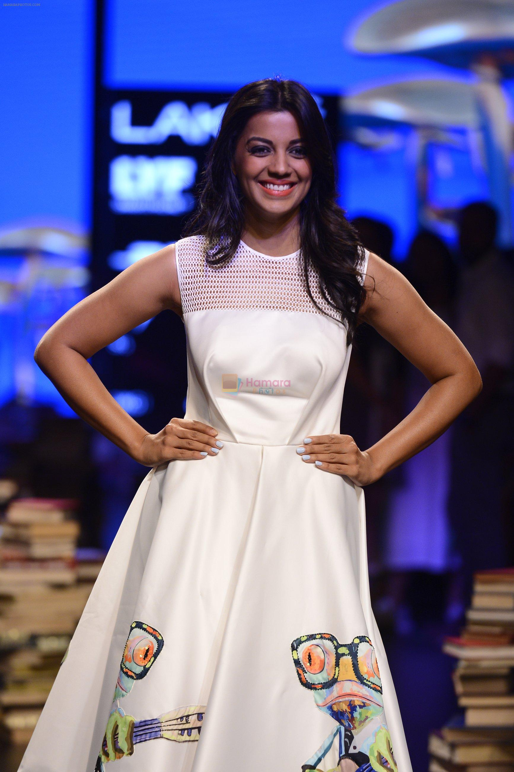 Mugdha Godse walk the ramp for Rajesh Pratap Singh Show at Lakme Fashion Week 2016 on 27th Aug 2016