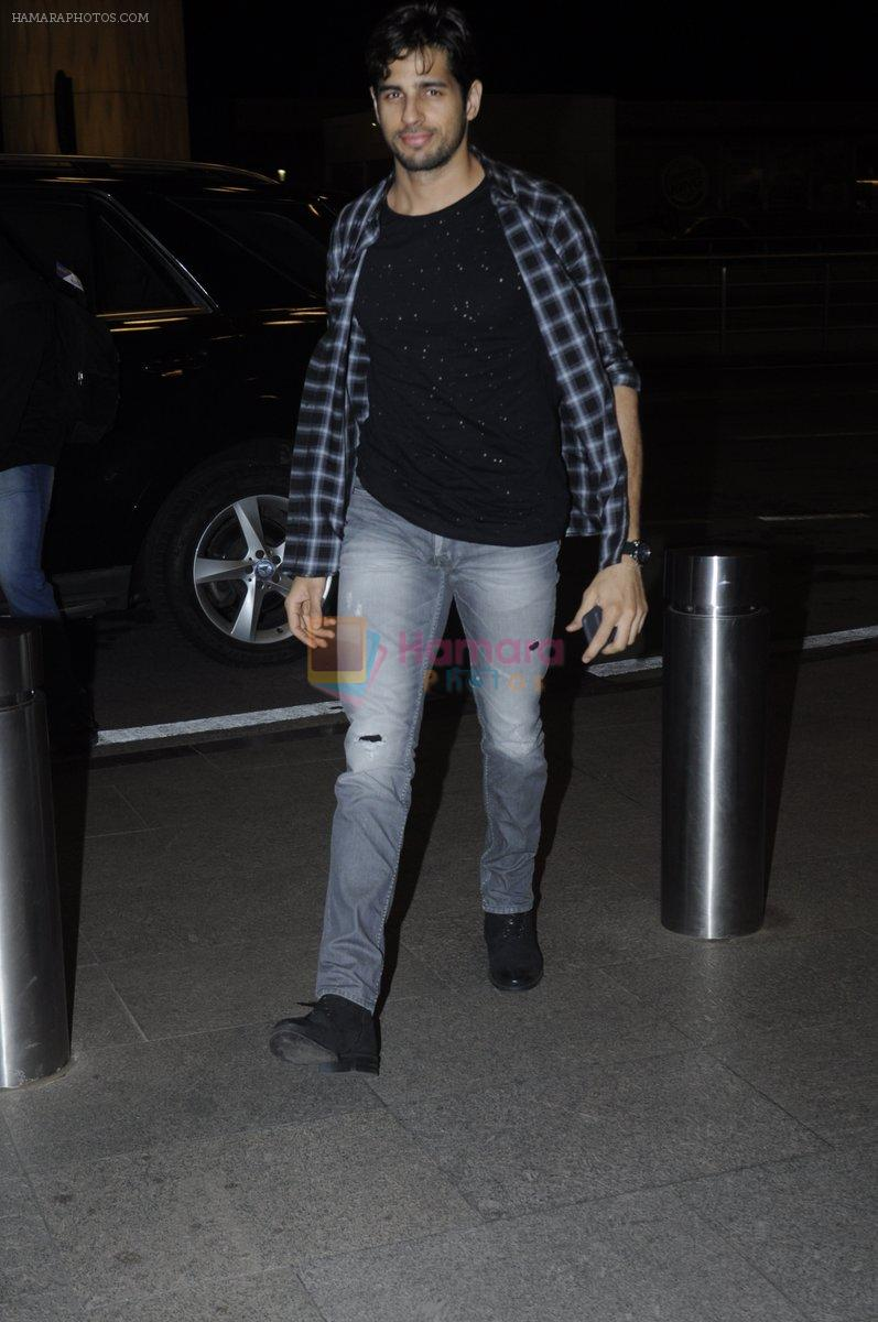 Sidharth Malhotra snapped at airport on 28th Aug 2016