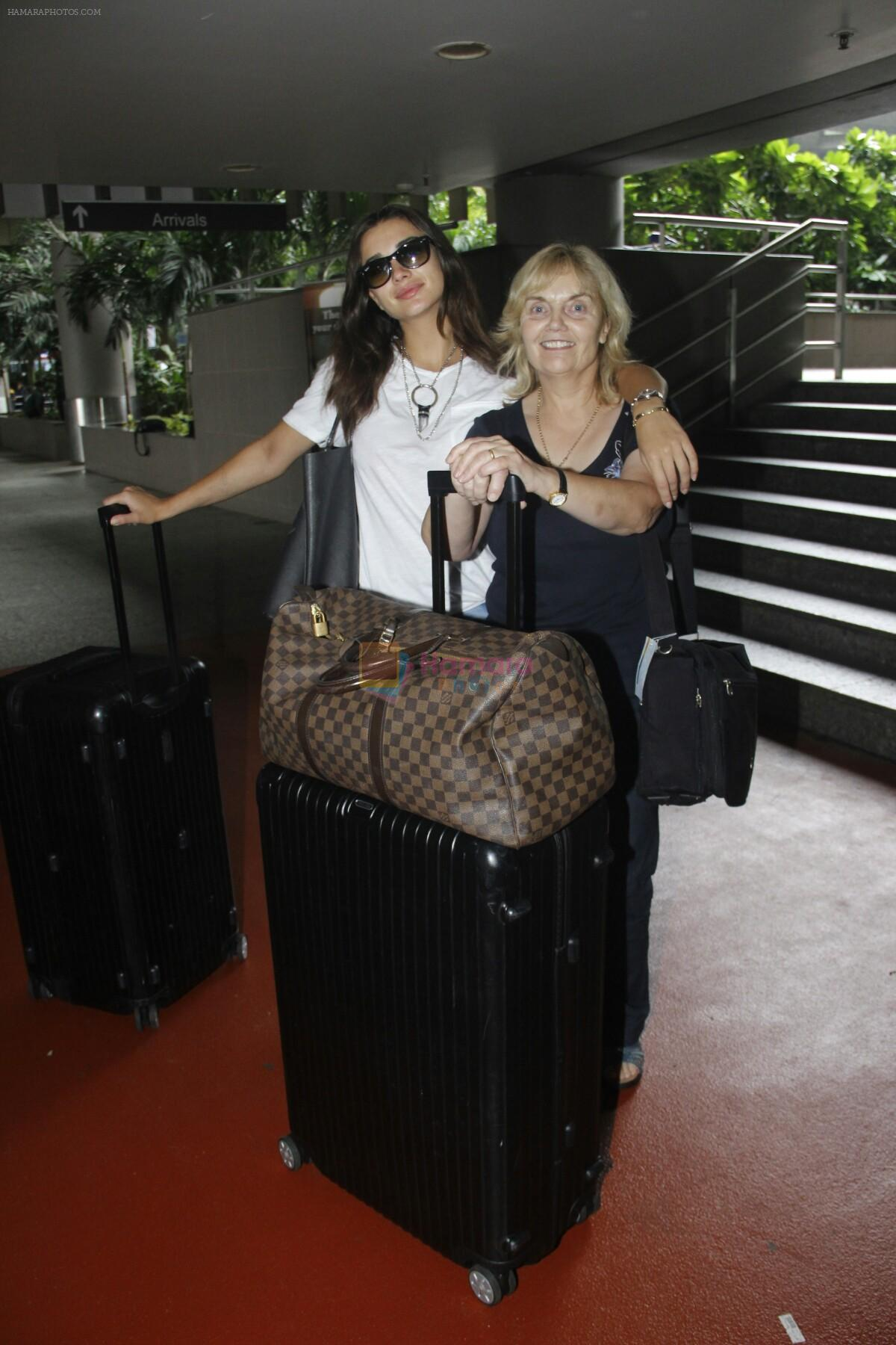 Amy Jackson snapped at airport on 29th Aug 2016