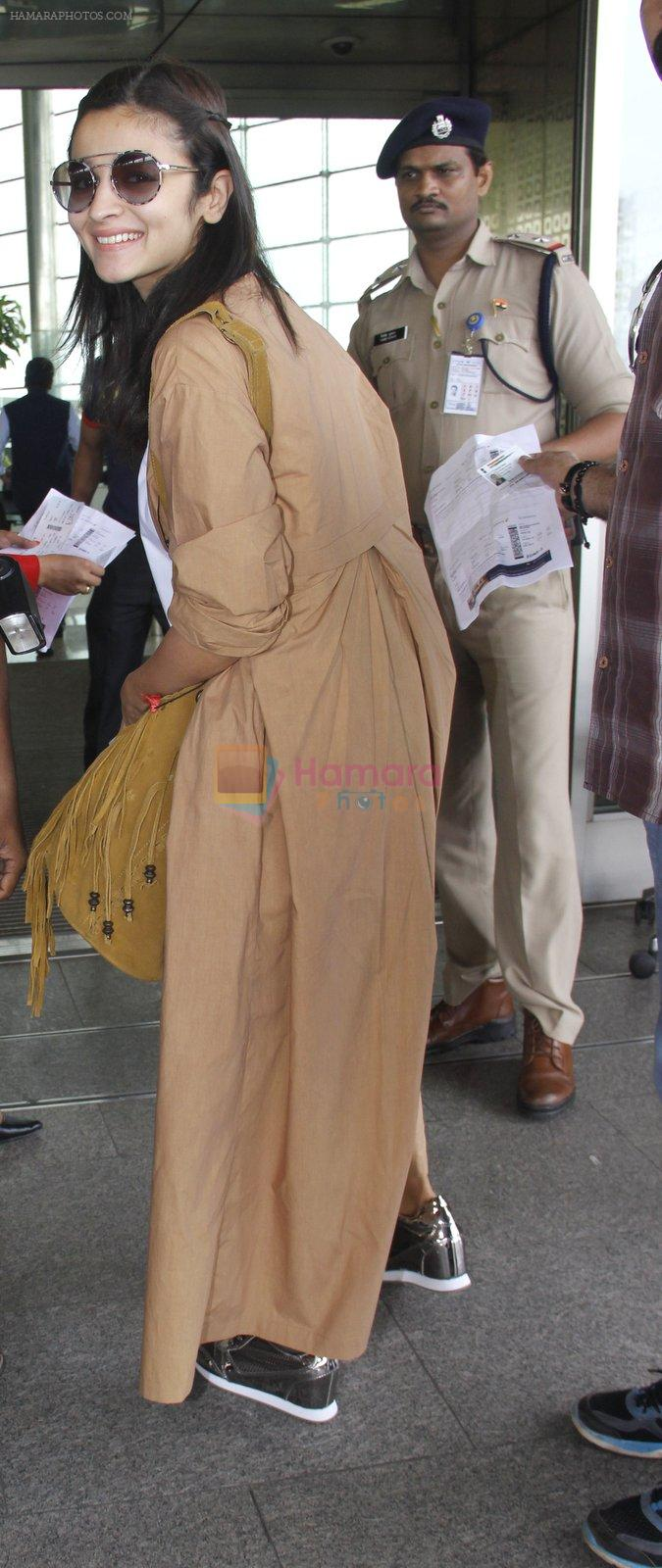 Alia Bhatt snapped at airport on 30th Aug 2016