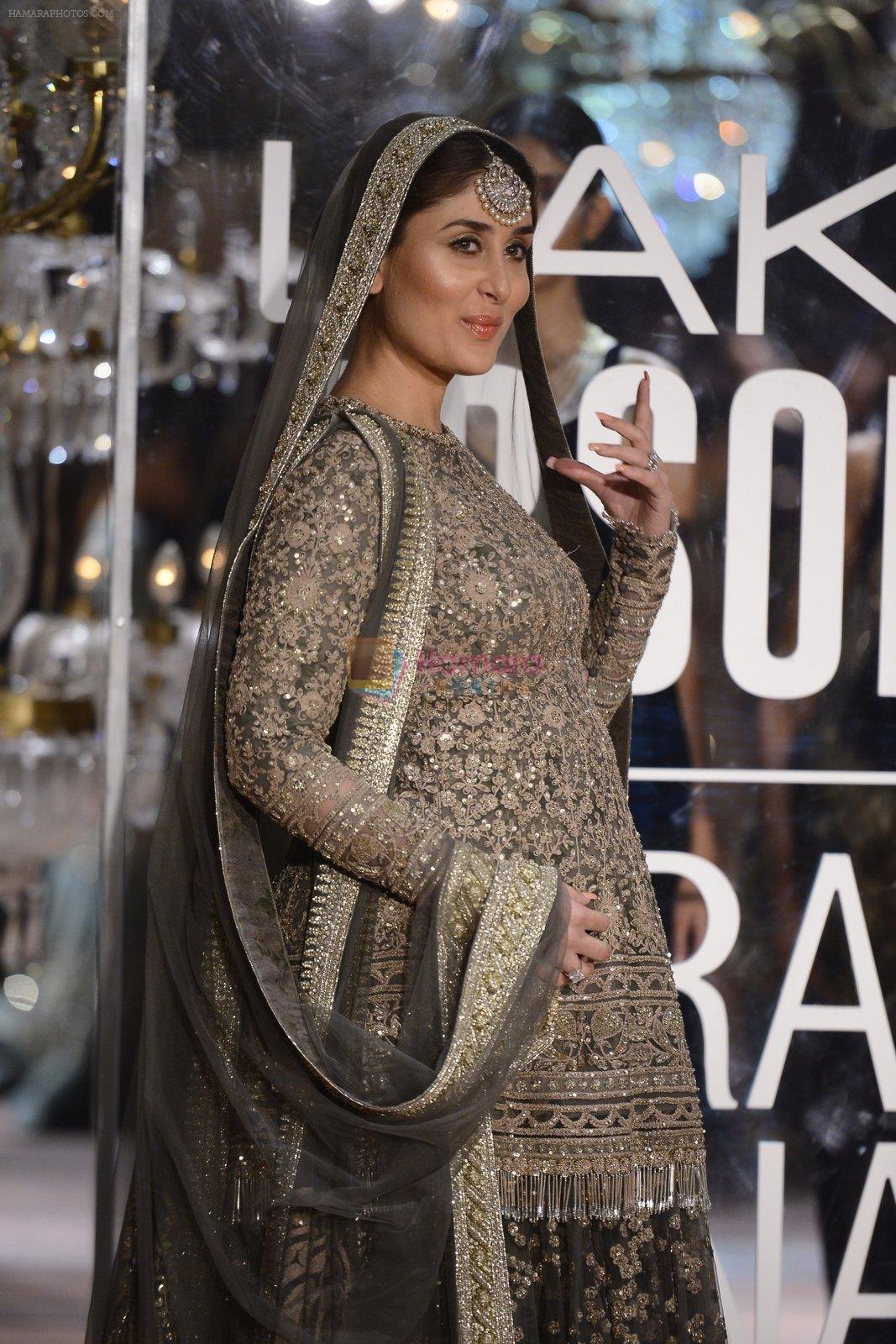 Kareena Kapoor walk the ramp for Sabyasachi Show Grand Finale at Lakme Fashion Week 2016 on 28th Aug 2016