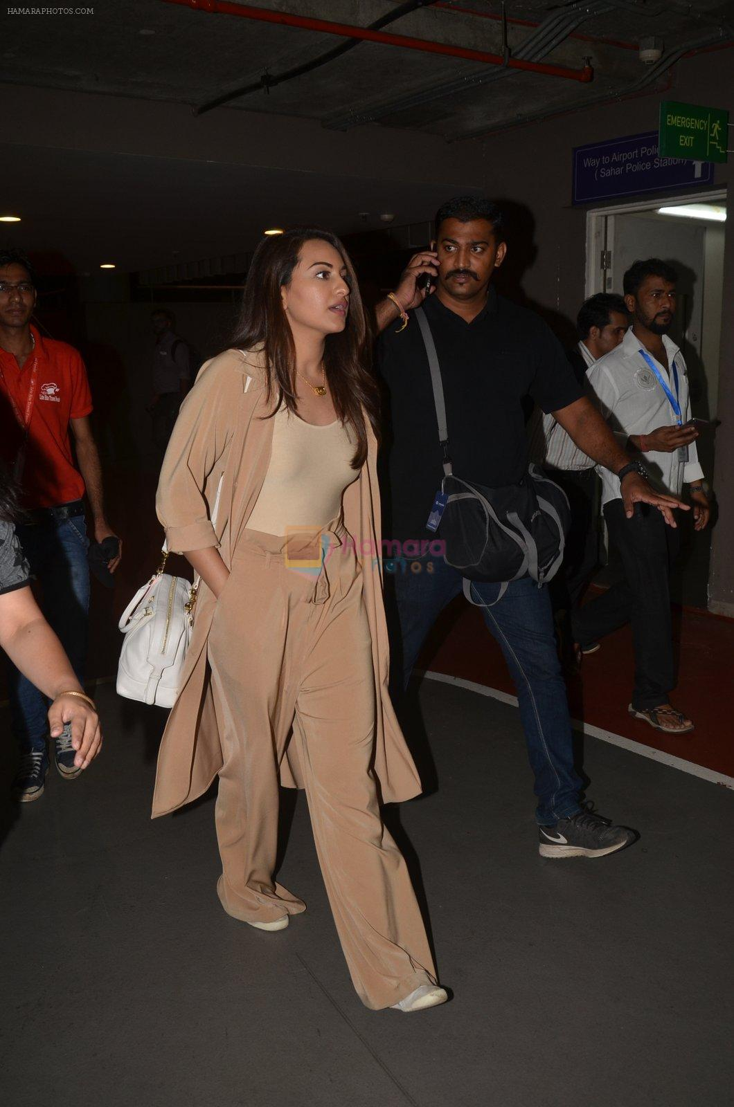 Sonakshi Sinha snapped at airport on 30th Aug 2016