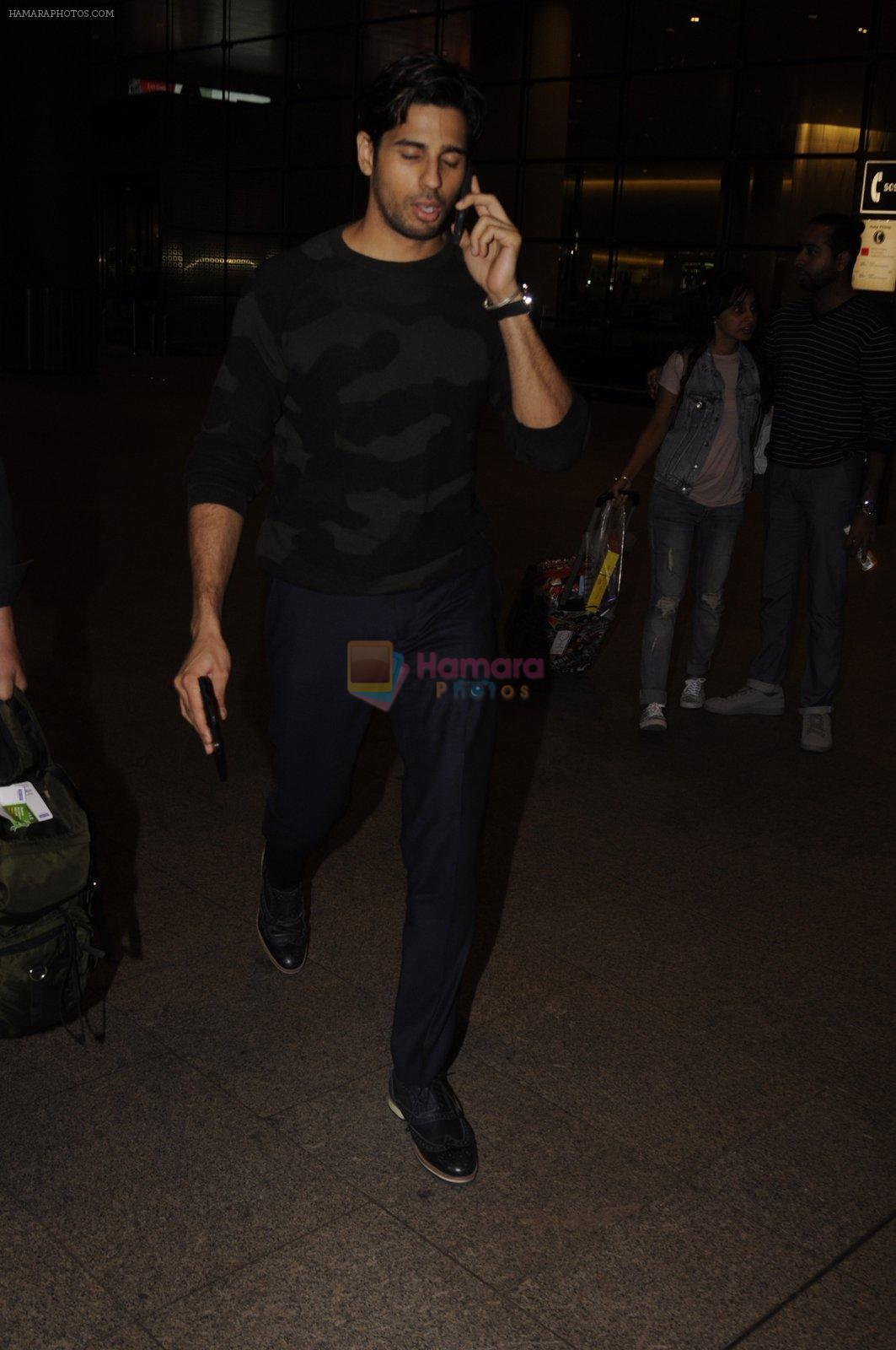 Sidharth Malhotra snapped at airport on 31st Aug 2016