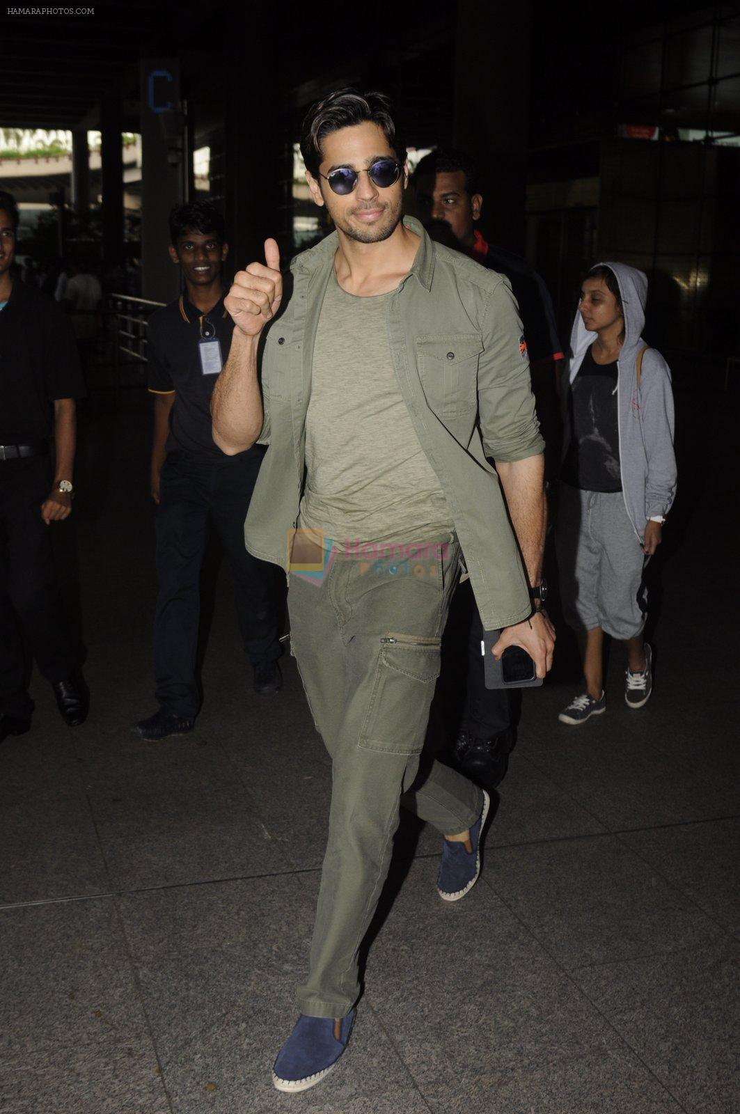 Sidharth Malhotra snapped at airport on 2nd Sept 2016