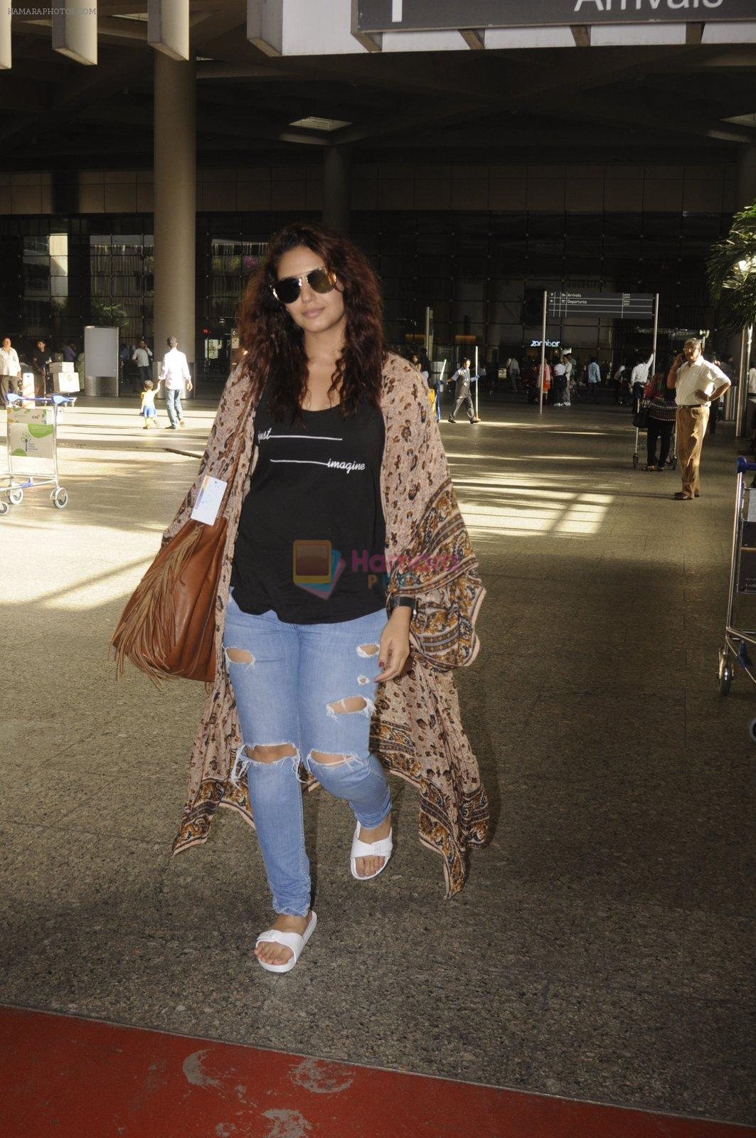 Huma Qureshi snapped at airport on 2nd Sept 2016