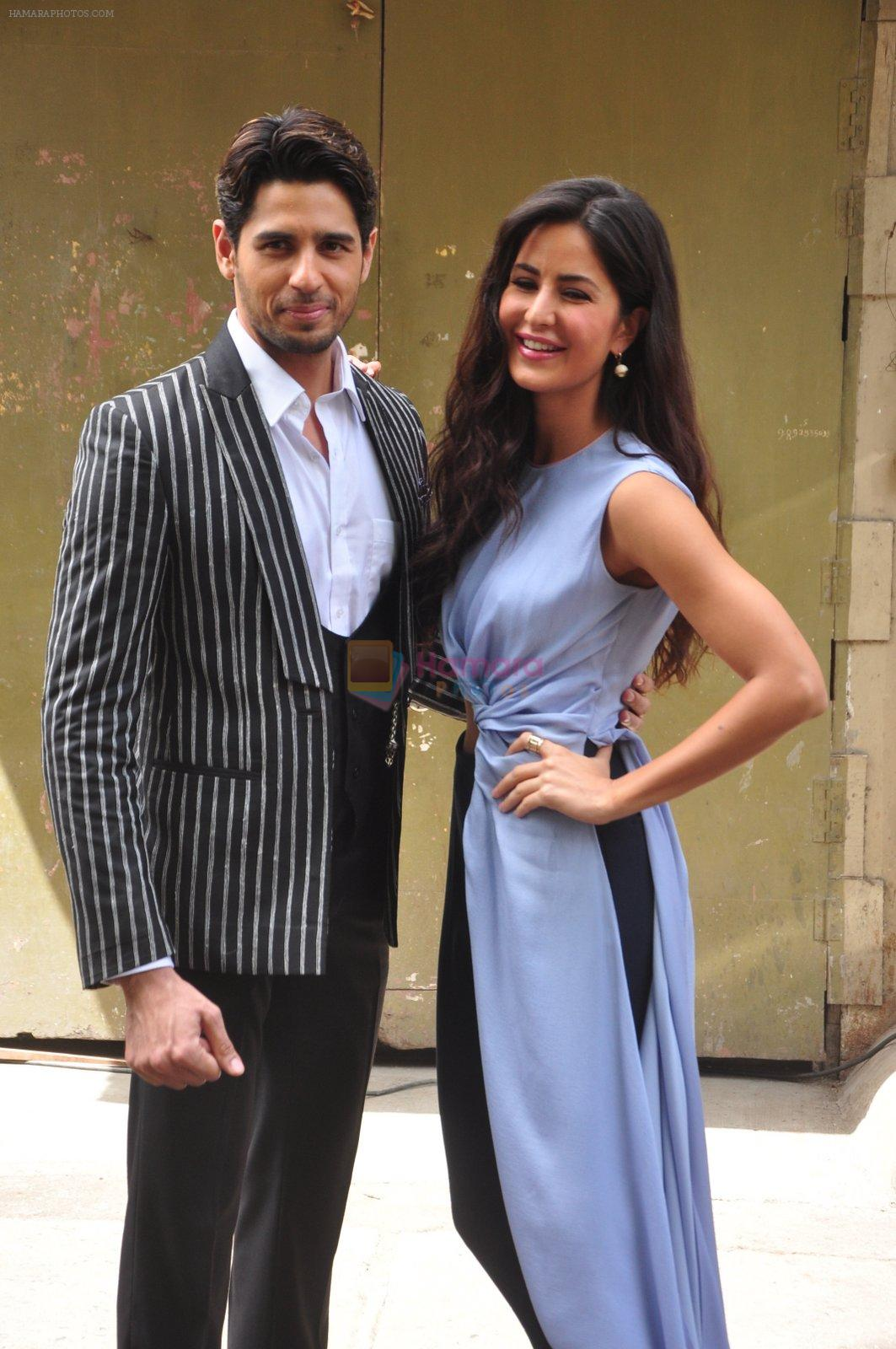Sidharth Malhotra and Katrina Kaif on the sets of Voice India Kids on 4th Sept 2016