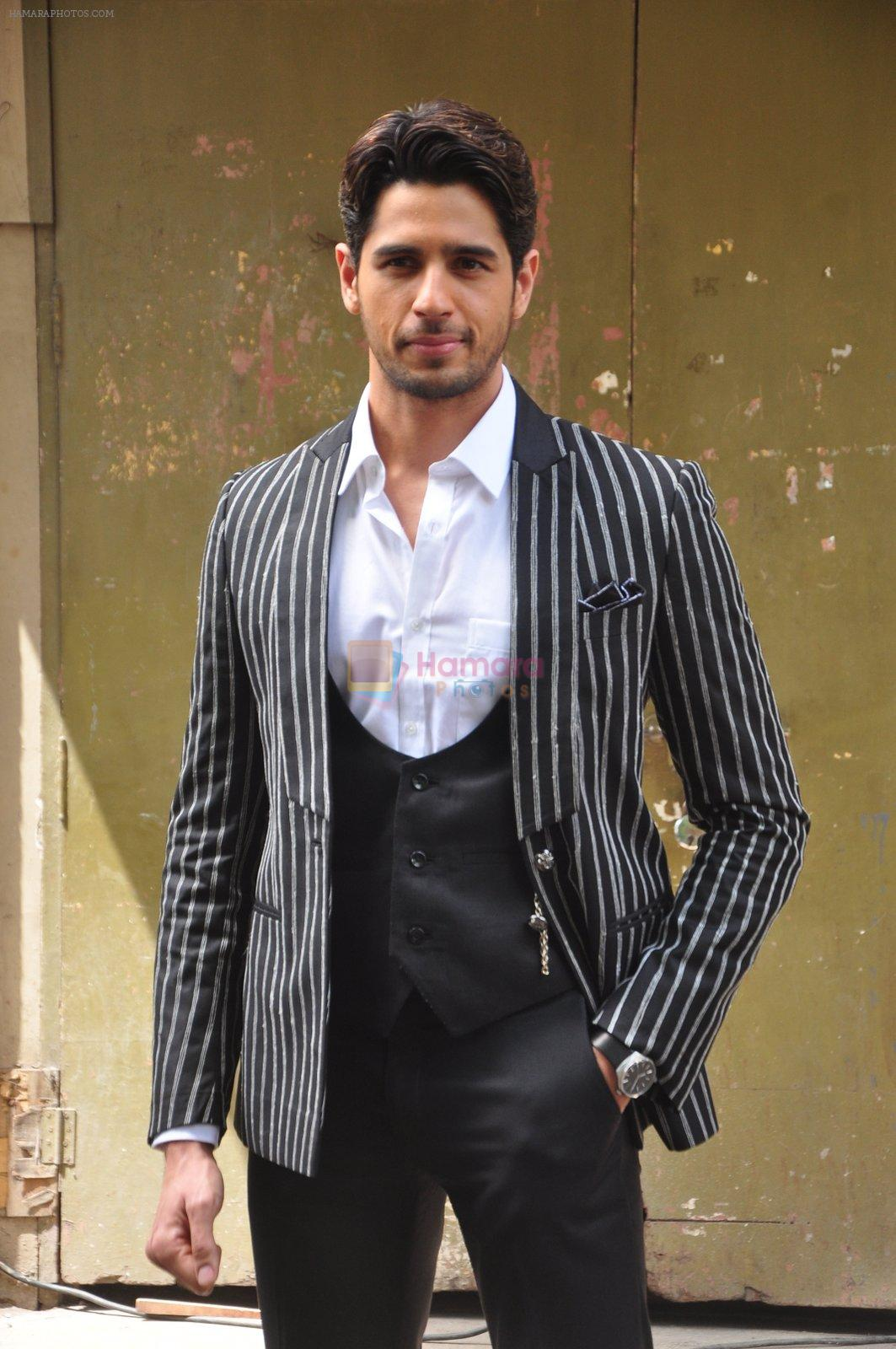 Sidharth Malhotra on the sets of Voice India Kids on 4th Sept 2016