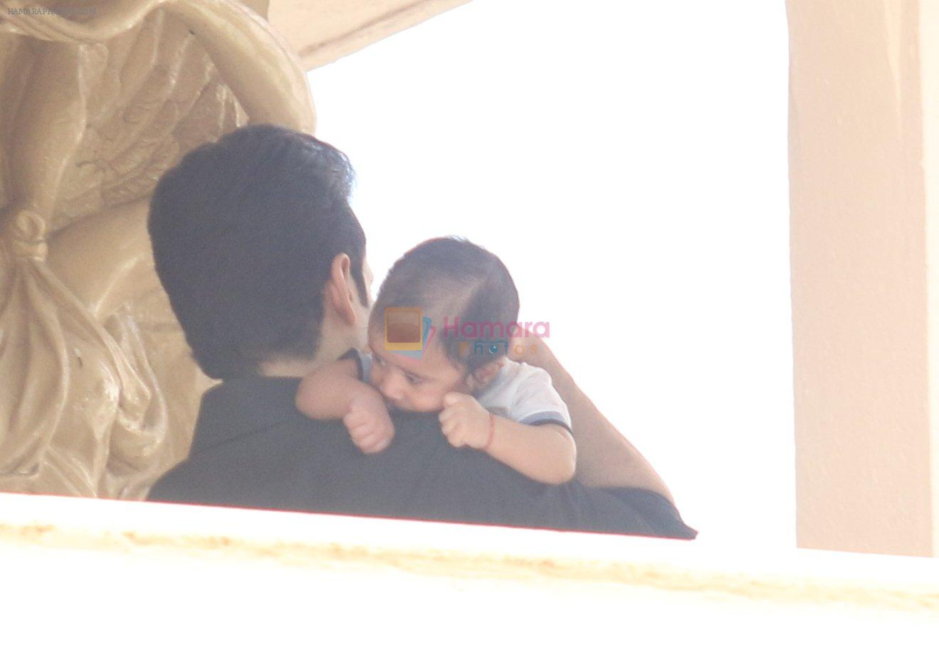 Tusshar Kapoor with his kid snapped in Mumbai on 5th Sept 2016