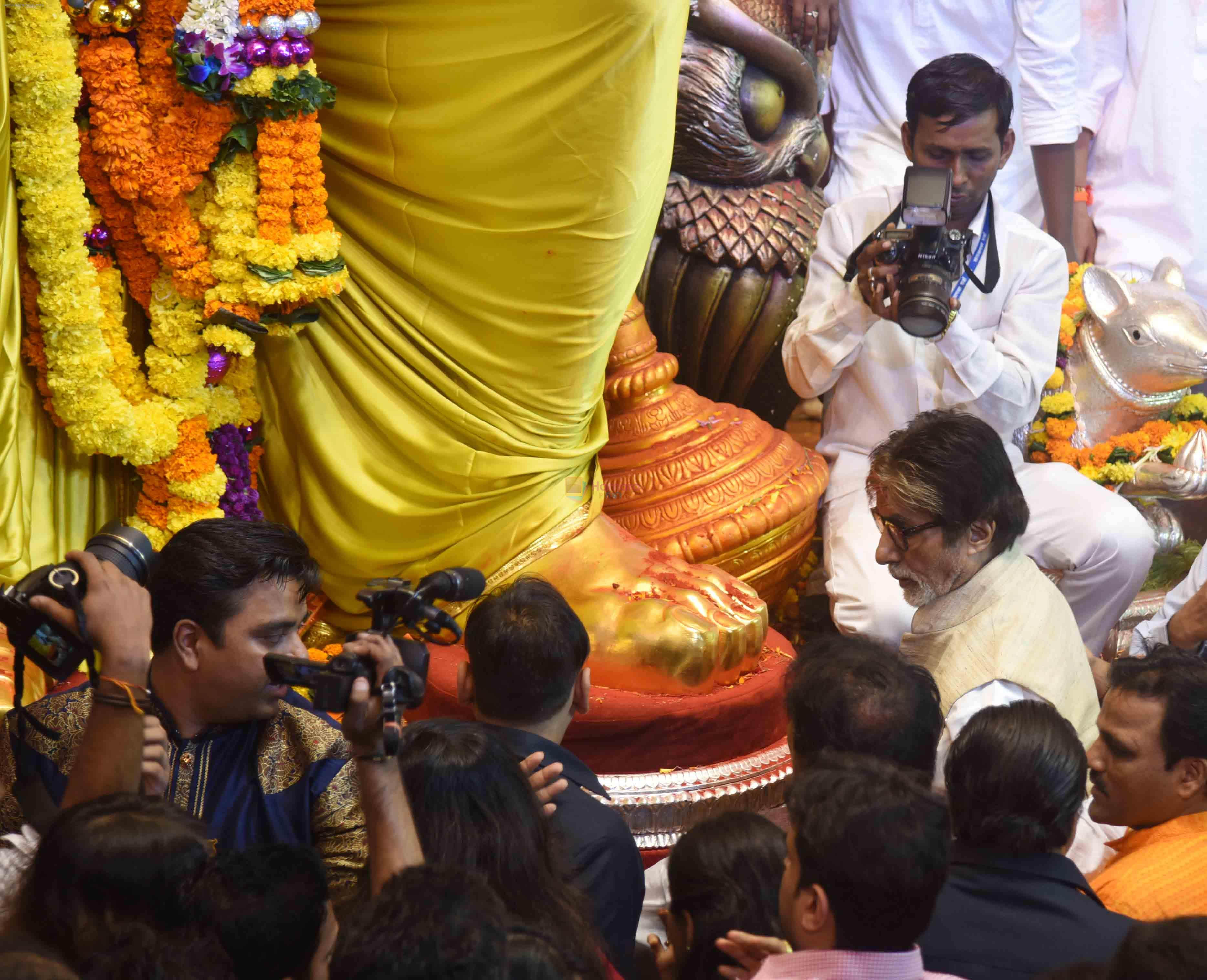 Amitabh Bachchan at Lalbaug ka raja on 6th Sept 2016