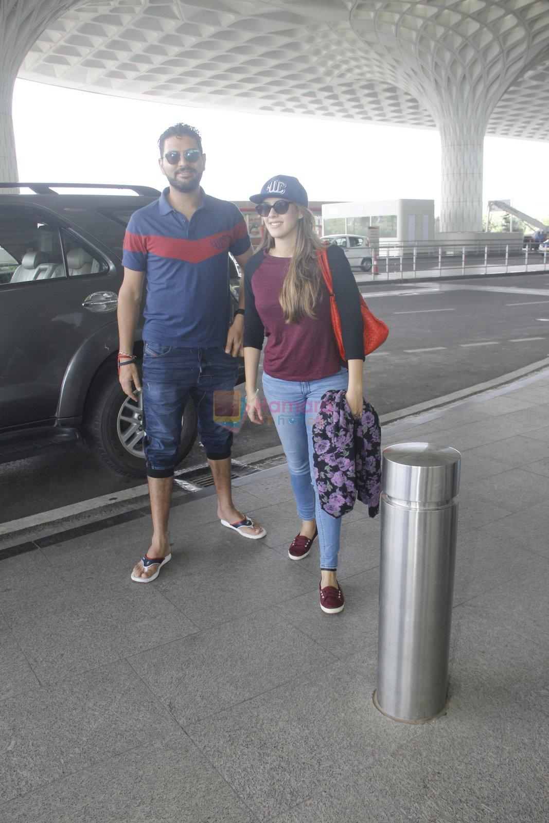 Yuvraj Singh snapped at airport on 6th Sept 2016