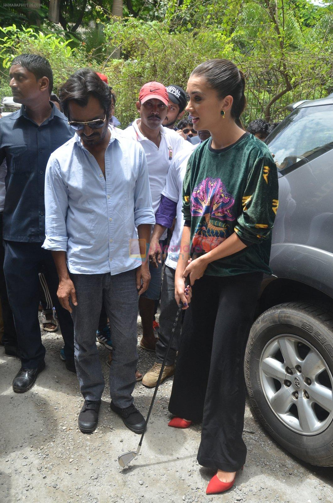 Nawazuddin Siddiqui, Amy Jackson promote their forthcoming film Freaky Ali by playing golf on the streets of Mumbai on 7th Sept 2016