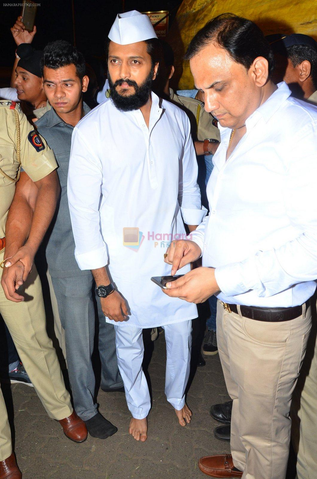 Riteish Deshmukh snapped at Siddhivinayak Temple on 10th Sept 2016