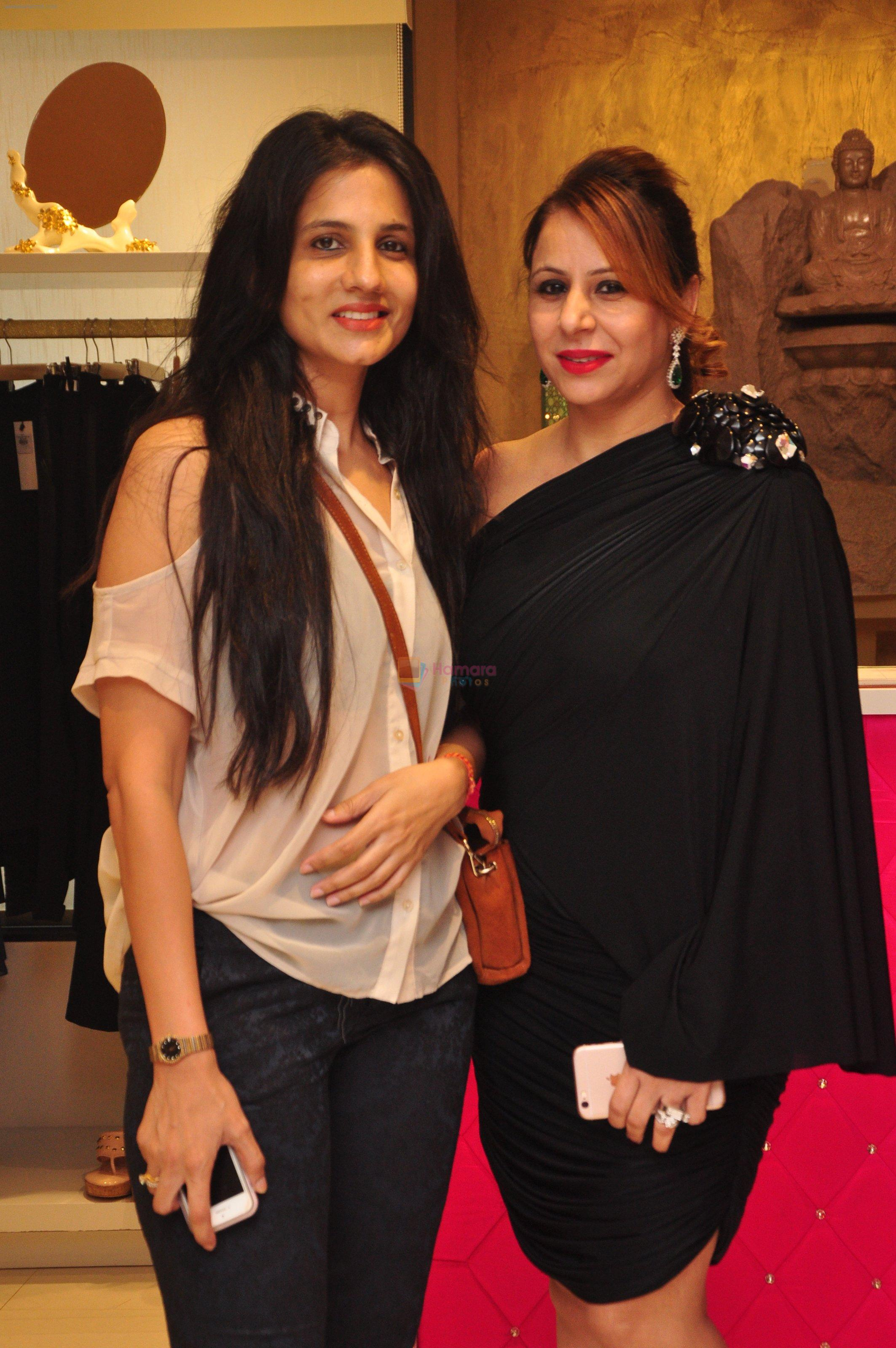 Vartika Singh with Pooja Kumar at Shivan N Naresh fashion preview in Primme Up Fashion store on 11th Spt 2016