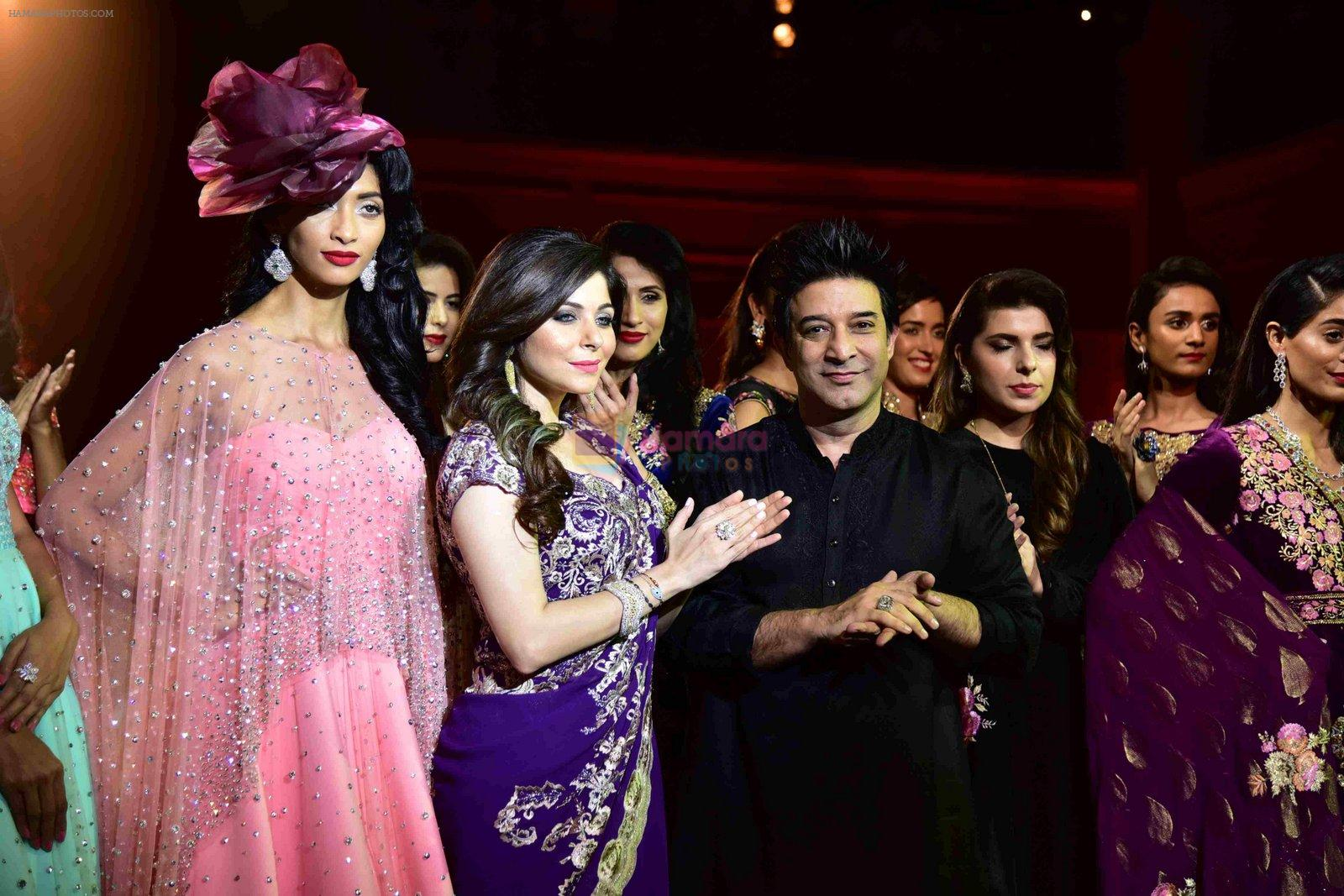Kanika Kapoor walk for Suneet Varma's Couture Show at DLF Emporio in Delhi on 11th Sept 2016