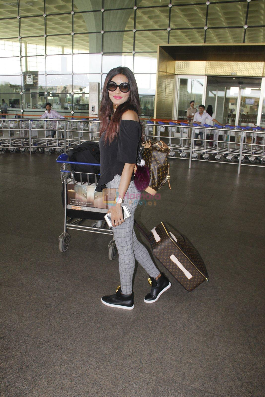 Gizele Thakral snapped at airport on 12th Sept 2016