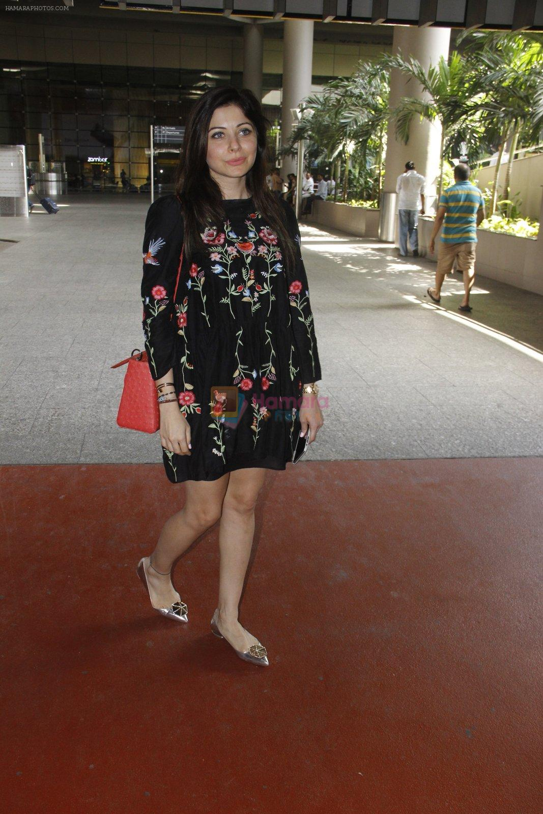 Kanika Kapoor snapped at airport on 12th Sept 2016