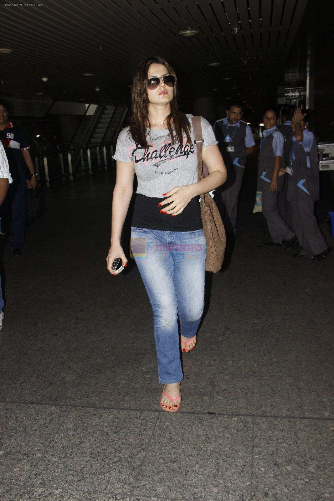 Zarine Khan snapped at airport on 12th Sept 2016