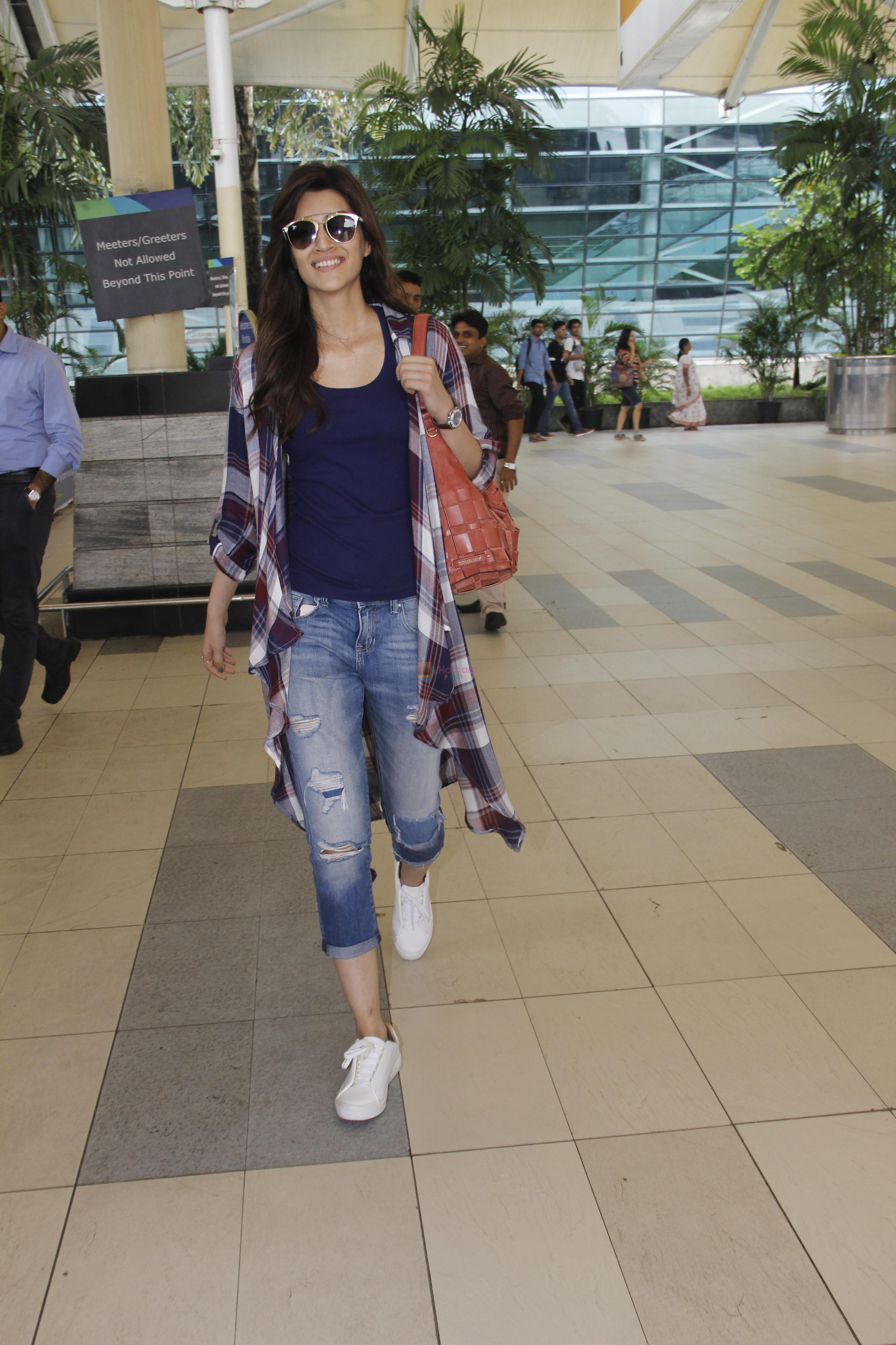 Kriti Sanon snapped at airport on 19th Sept 2016