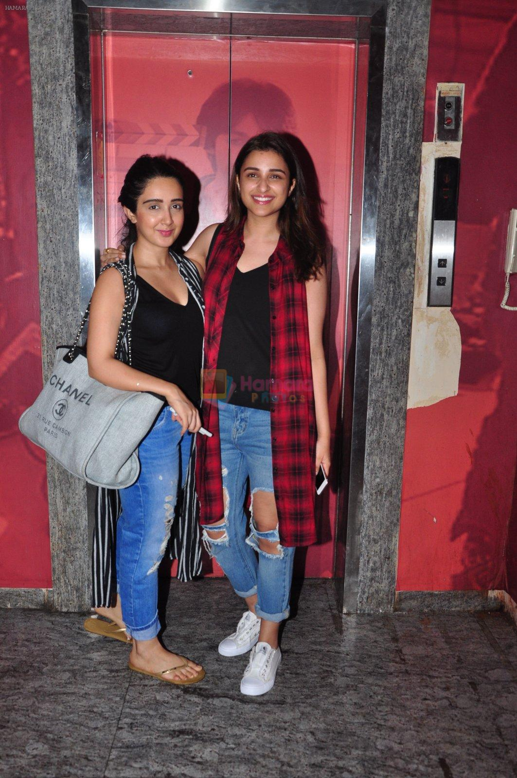 Parineeti Chopra snapped at PVR Juhu on 19th Sept 2016