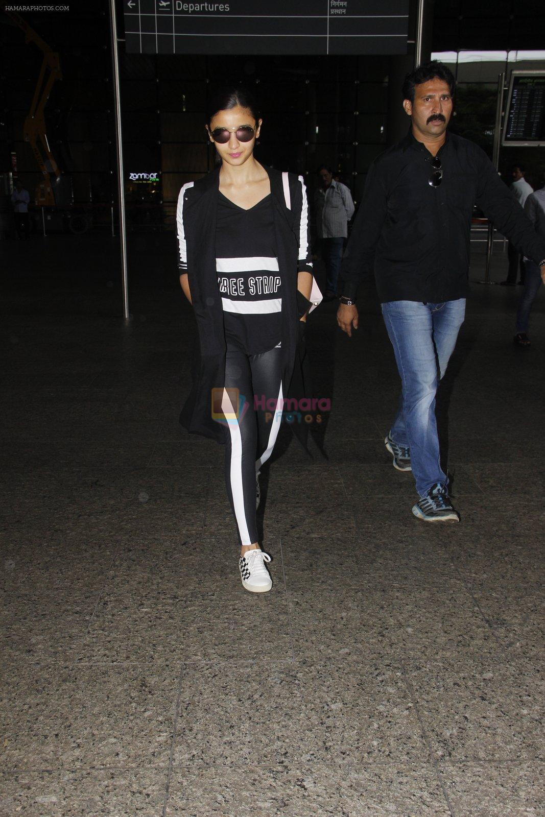 Alia Bhatt snapped at airport on 20th Sept 2016