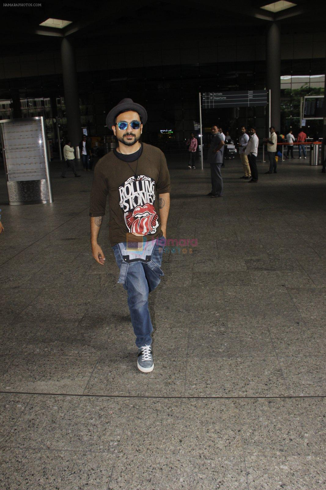 Vir Das snapped at airport on 22 Sept 2016