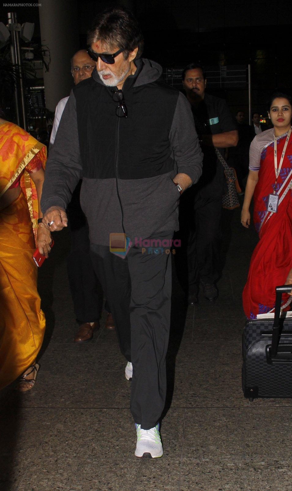 Amitabh Bachchan snapped at airport on 22 Sept 2016