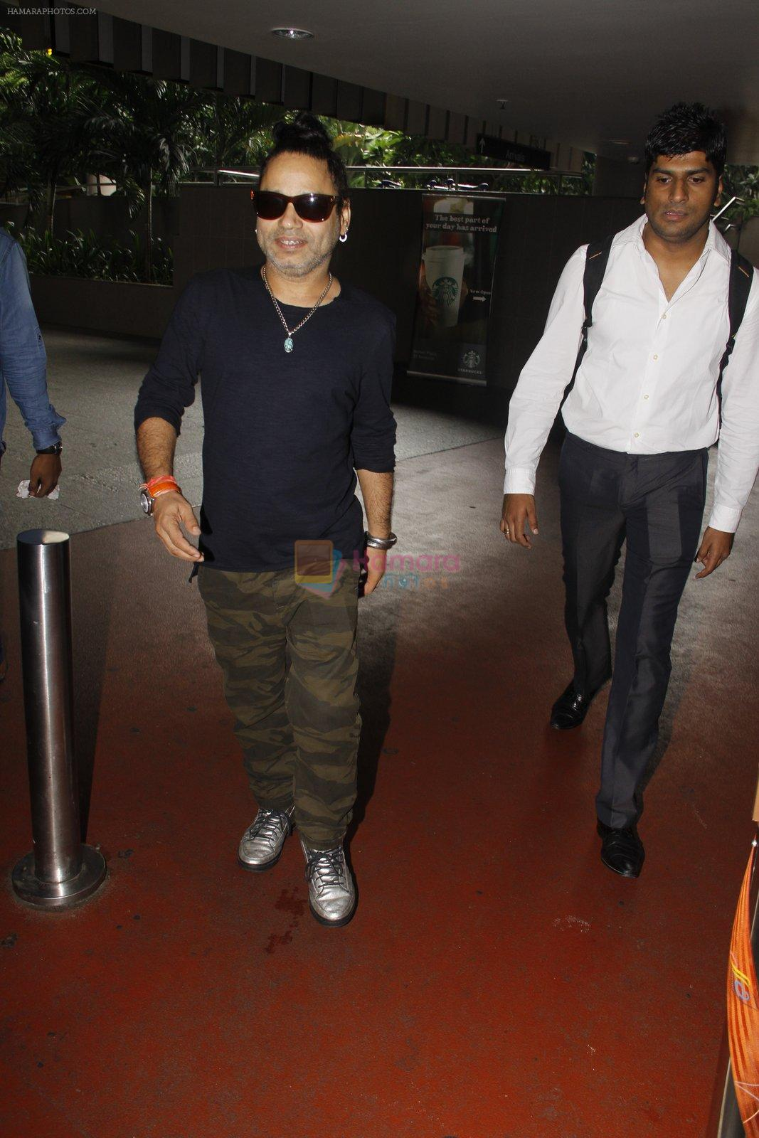 Kailash Kher snapped at airport on 22 Sept 2016