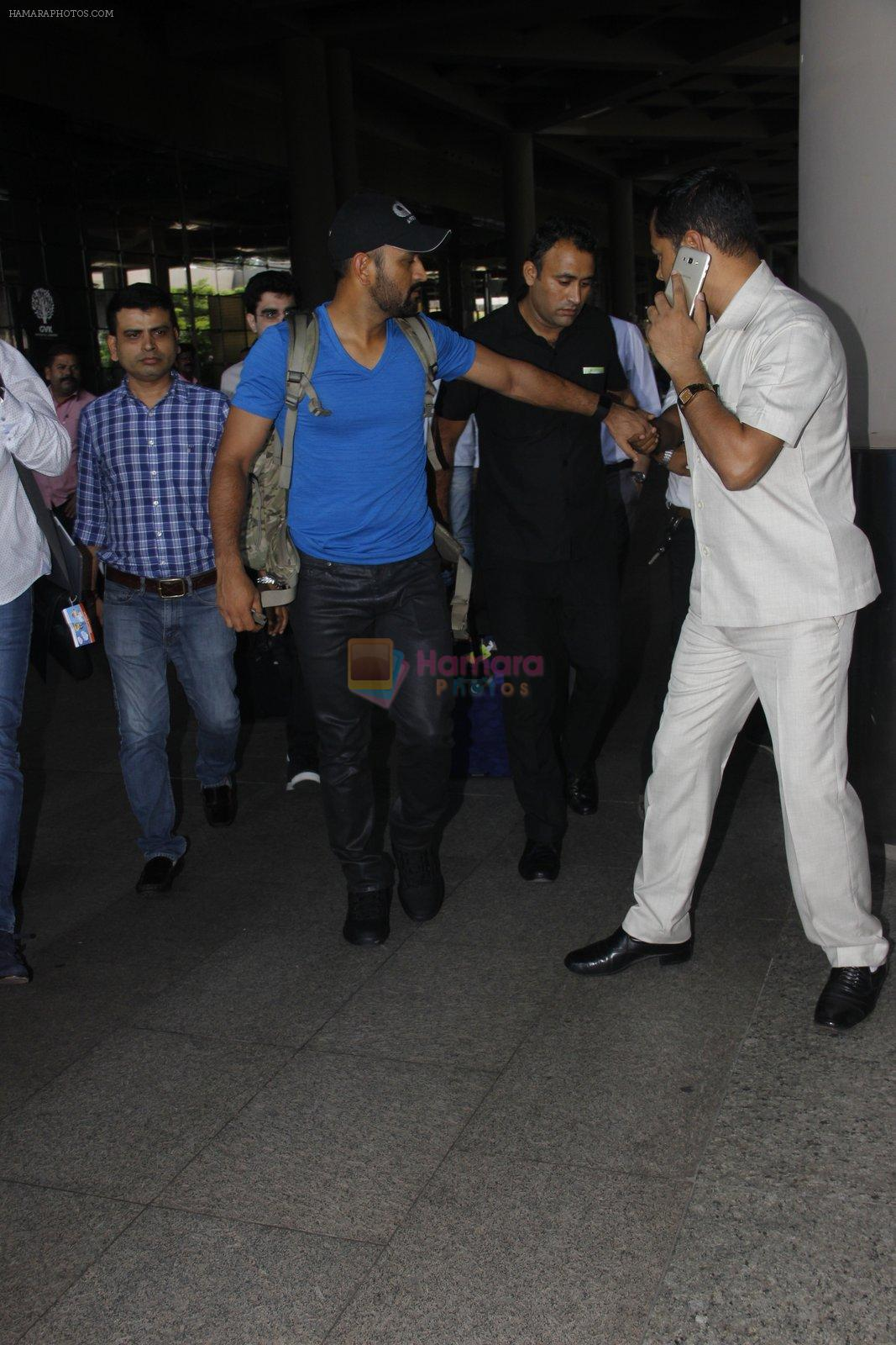 Mahendra Singh Dhoni snapped at airport on 29th Sept 2016
