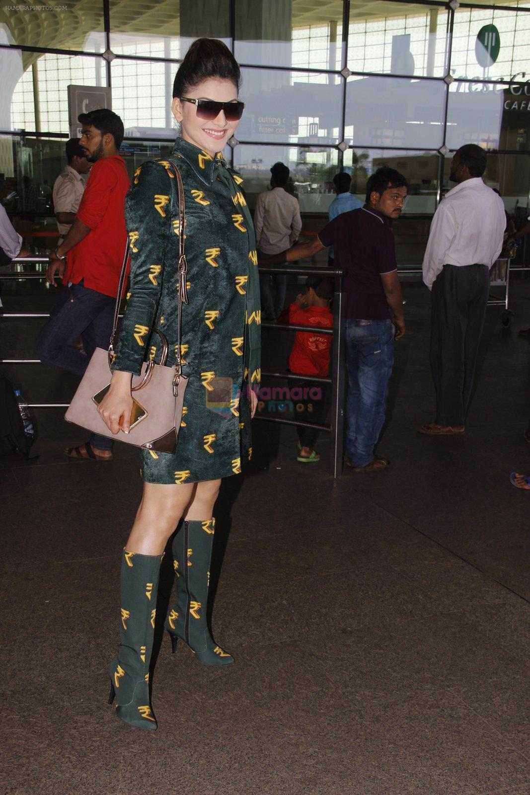 Urvashi Rautela snapped at airport on 29th Sept 2016