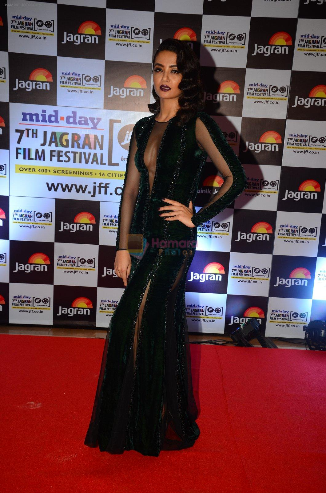 Surveen Chawla at Jagran Film fest awards on 30th Sept 2016