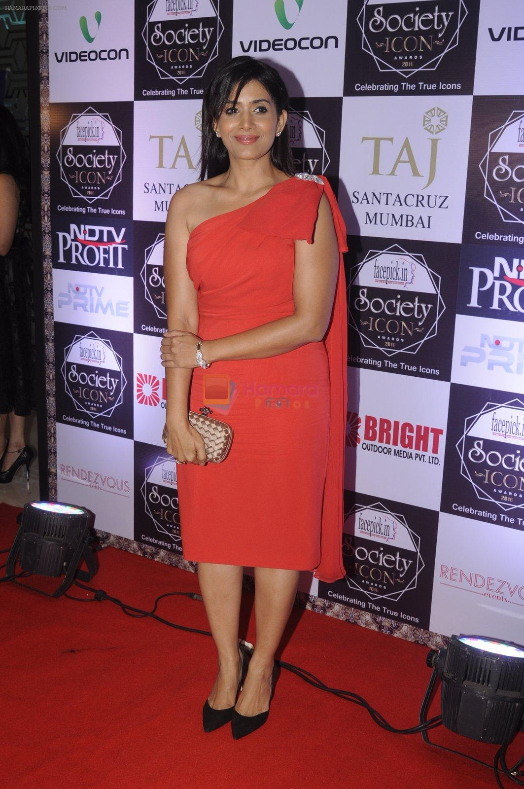 Sonali Kulkarni at Society Icon Awards on 2nd Oct 2016