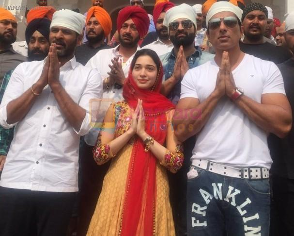 Tamannah Bhatia visits Golden Temple, Amritsar on 3rd Oct 2016